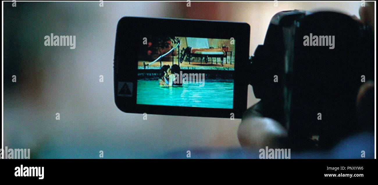 Prod DB © Mandalay / DR SEXCRIMES (WILD THINGS) de John Mc Naughton 1998 USA avec Denise Richards et Neve Campbell piscine, maillot de bain, bain de minuit, camescope, voyeur - Stock Image