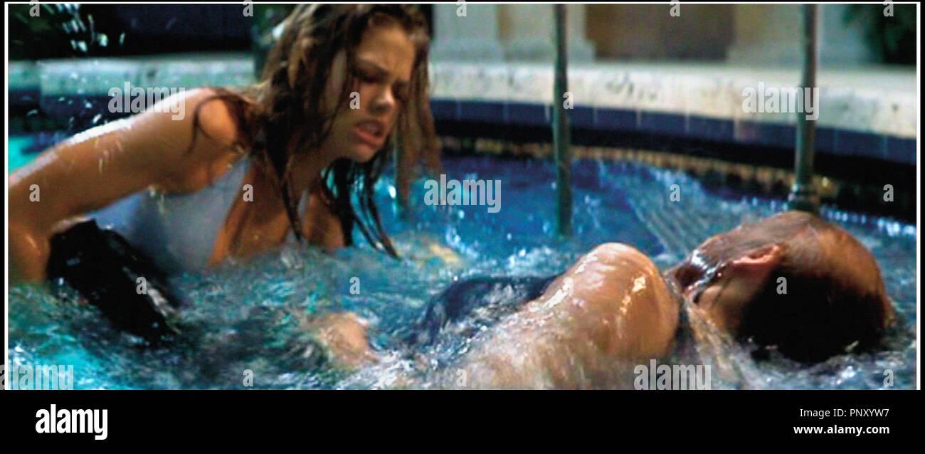 Prod DB © Mandalay / DR SEXCRIMES (WILD THINGS) de John Mc Naughton 1998 USA avec Denise Richards et Neve Campbell piscine, maillot de bain, bain de minuit - Stock Image