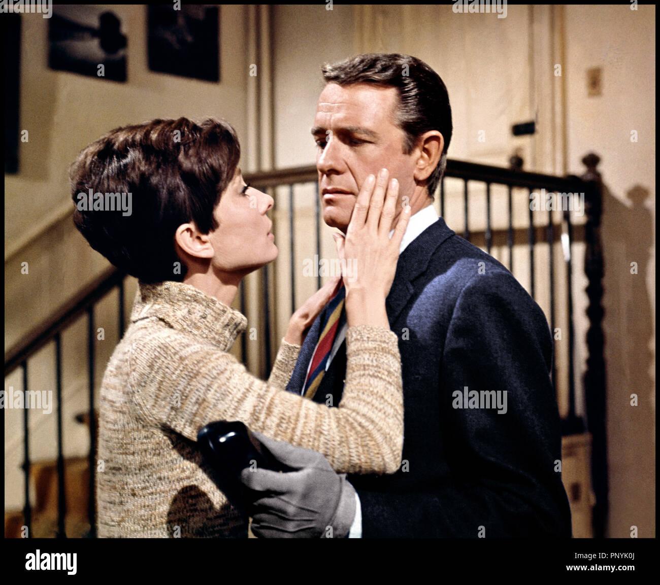 Prod DB © Warner Bros / DR SEULE DANS LA NUIT (WAIT UNTIL DARK) de Terence Young 1967 USA avec Audrey Hepburn et Richard Crenna  d'apres la piece de Frederick Knott  couple, caresser, gants - Stock Image