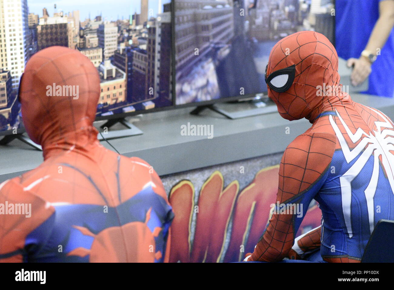 Madrid, Spain21 September 2018. Several actors disguised as Spider-man play the new game for the Playstation PS4 in the Heroes Comic Con in Madrid, Spain Credit: EnriquePSans/Alamy Live News - Stock Image