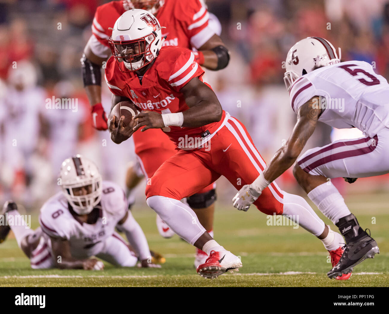 e30b7972978 Houston Cougars running back Mulbah Car (34) with a 23 yard gain during the