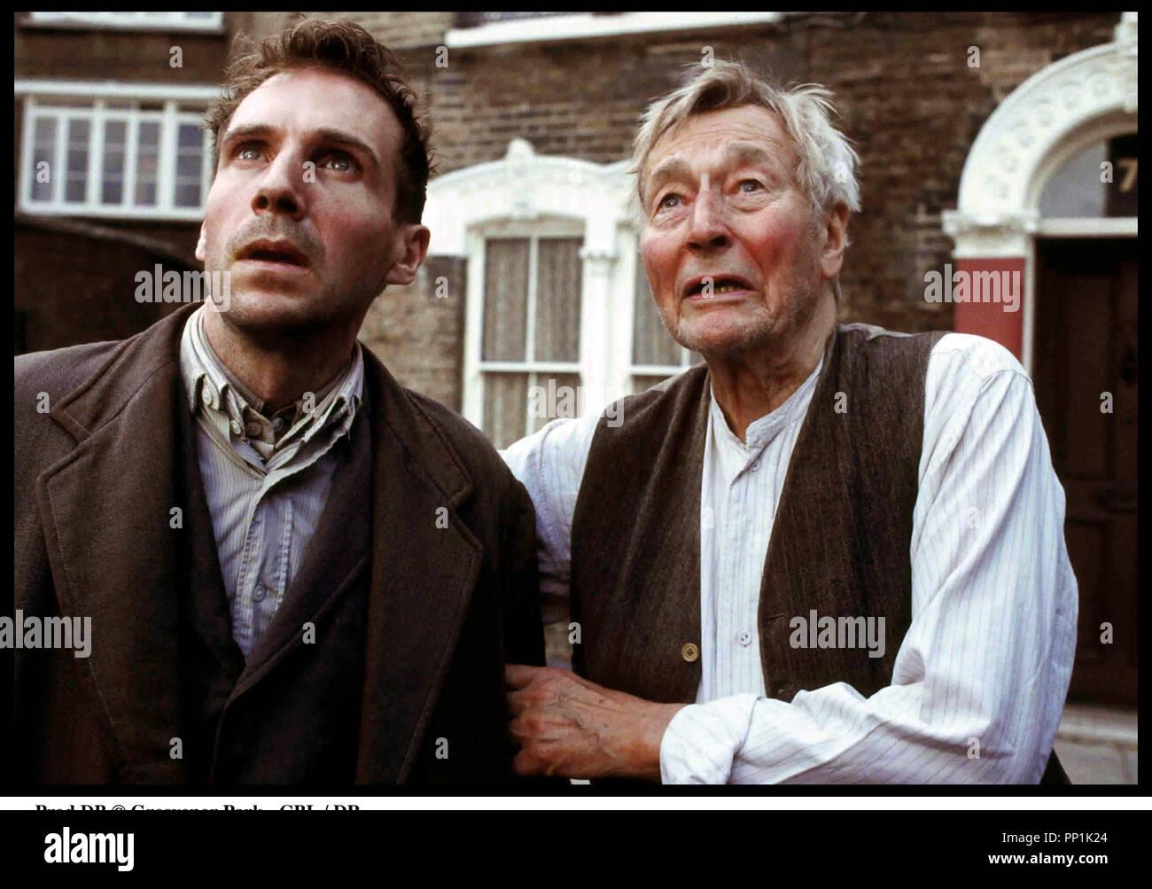 Prod DB © Grosvenor Park - CBL / DR SPIDER (SPIDER) de David Cronenberg 2002 USA avec Ralph Fiennes et John Neville d'apres le roman de Patrick McGrath - Stock Image