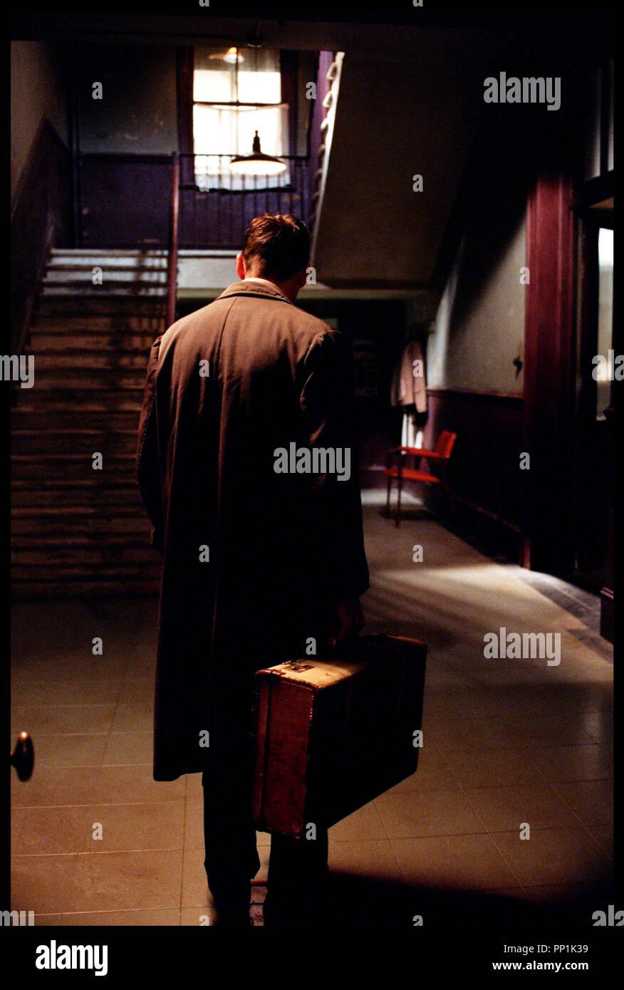 Prod DB © Grosvenor Park - CBL / DR SPIDER (SPIDER) de David Cronenberg 2002 USA avec Ralph Fiennes  valise d'apres le roman de Patrick McGrath - Stock Image