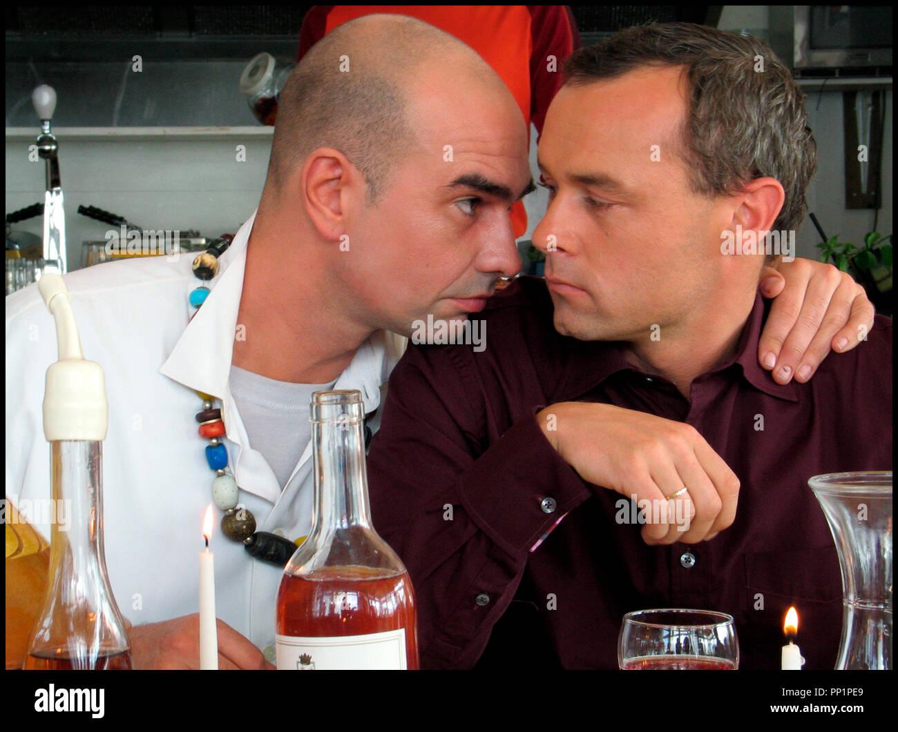 Prod DB © Spaghetti Film - Living Films / DR SIMON (SIMON) de Eddy Terstall 2004 HOLL. avec Cees Geel et Marcel Hensema crane rase, chercher la bagarre, dispute, bouteille de vin, bougie, couple homosexuel Stock Photo