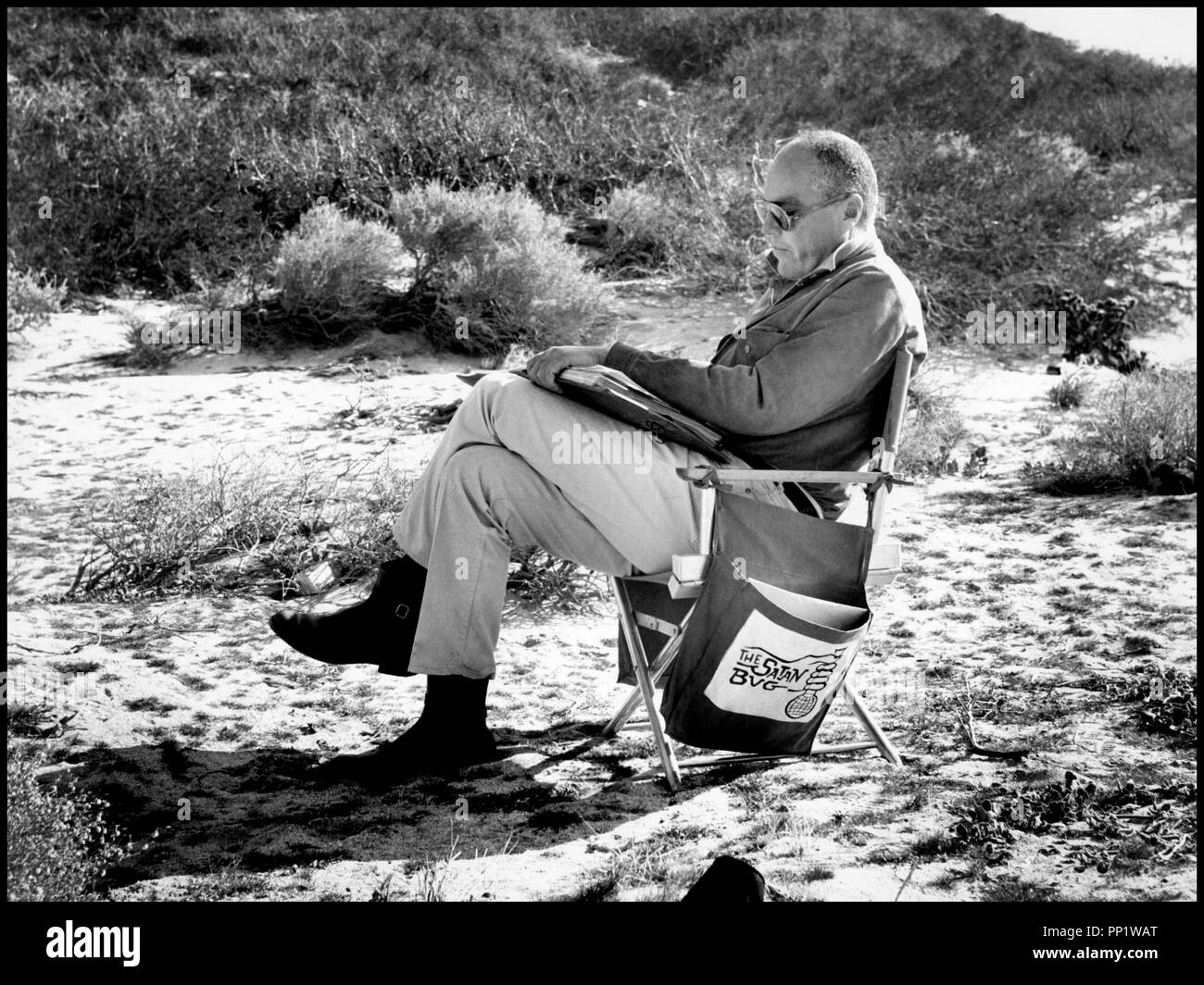 Prod DB © The Mirisch Corporation / DR STATION 3: ULTRA SECRET (THE SATAN BUG) de John Sturges 1965 USA avec John Sturges sur le tournage chaise realisateur, scenario, script, lire d'apres le roman de Alistair MacLean (alias Ian Stuart) scenario de James Clavell et Edward Anhalt Stock Photo