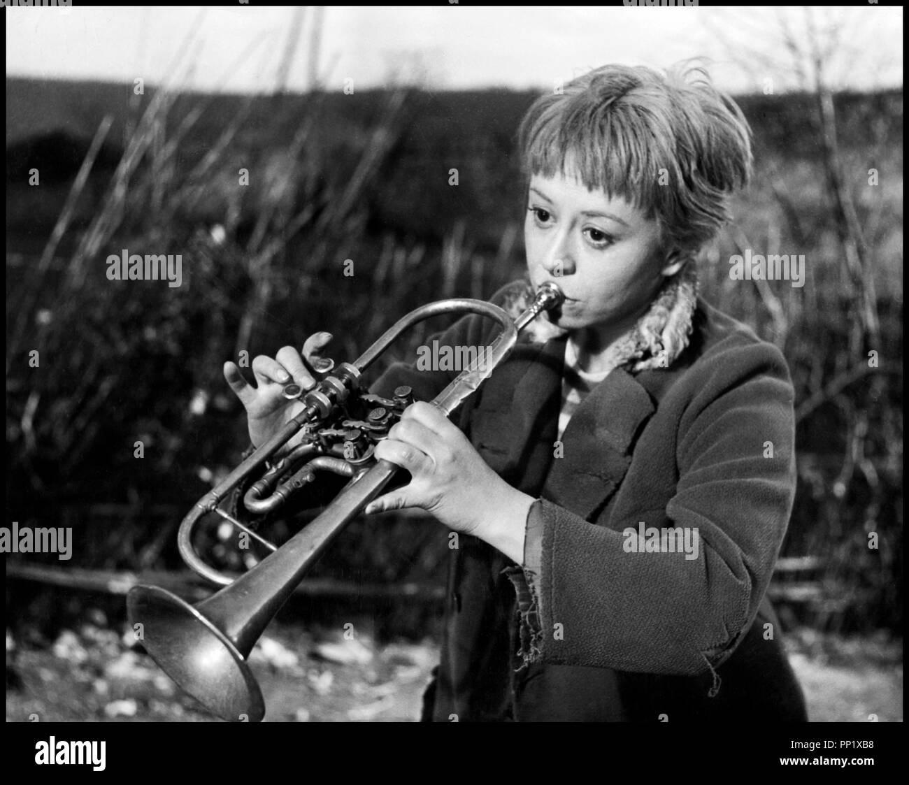 Prod DB © Ponti-De Laurentiis / DR LA STRADA (LA STRADA) de Federico Fellini 1954 ITA avec Giulietta Masina trompette, musicienne, instrument de musique - Stock Image