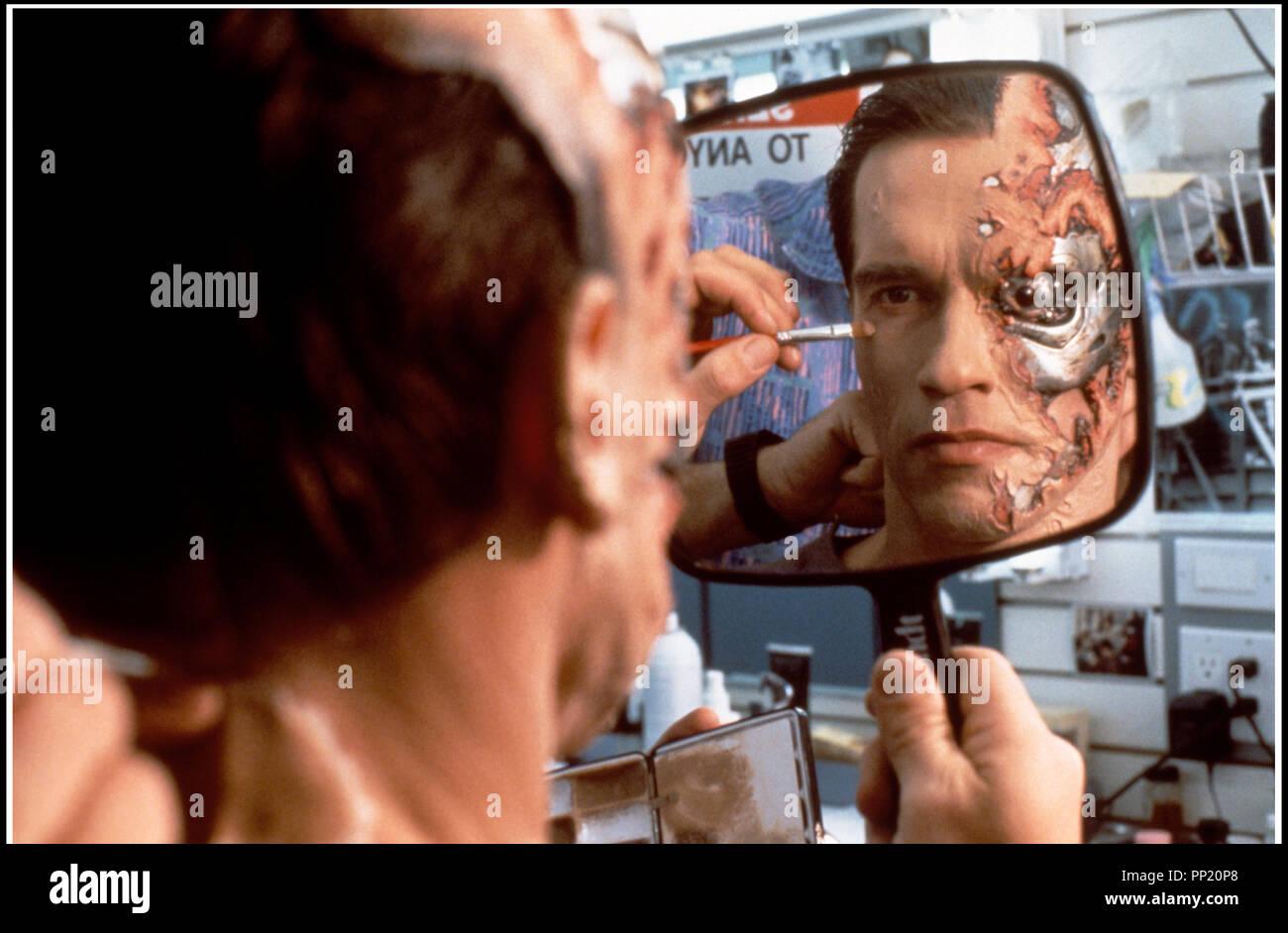 Prod DB © Carolco Pictures / DR TERMINATOR 2 (TERMINATOR 2 : JUDGMENT DAY) de James Cameron 1991 USA avec Arnold Schwarzenegger sur le tournage maquillage - Stock Image