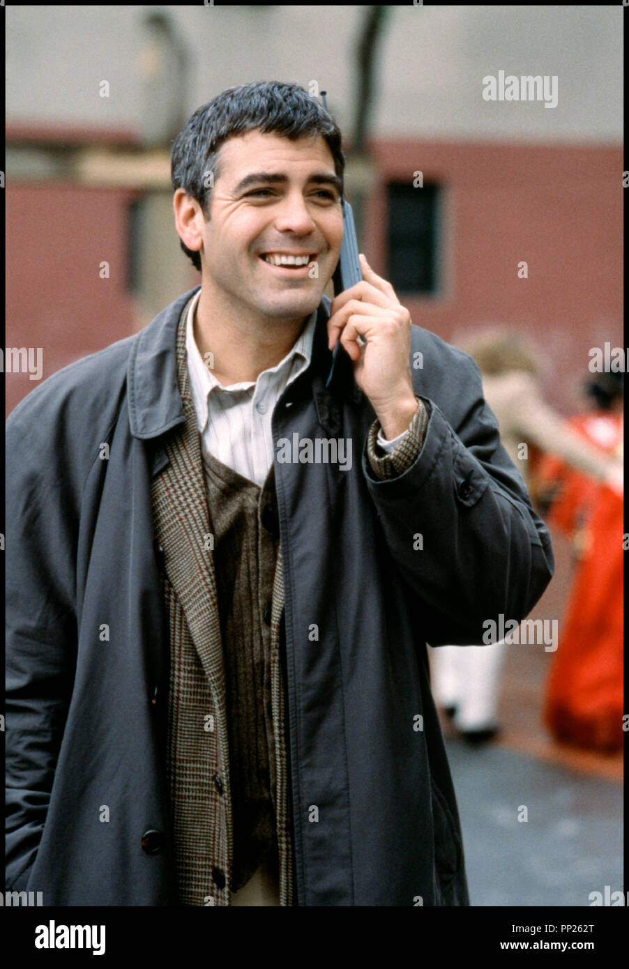 Prod DB © 20th Century Fox / DR UN BEAU JOUR (ONE FINE DAY) de Michael Hoffman 1996 USA avec George Clooney  portrai, telephone portable, impermeable, rire Stock Photo