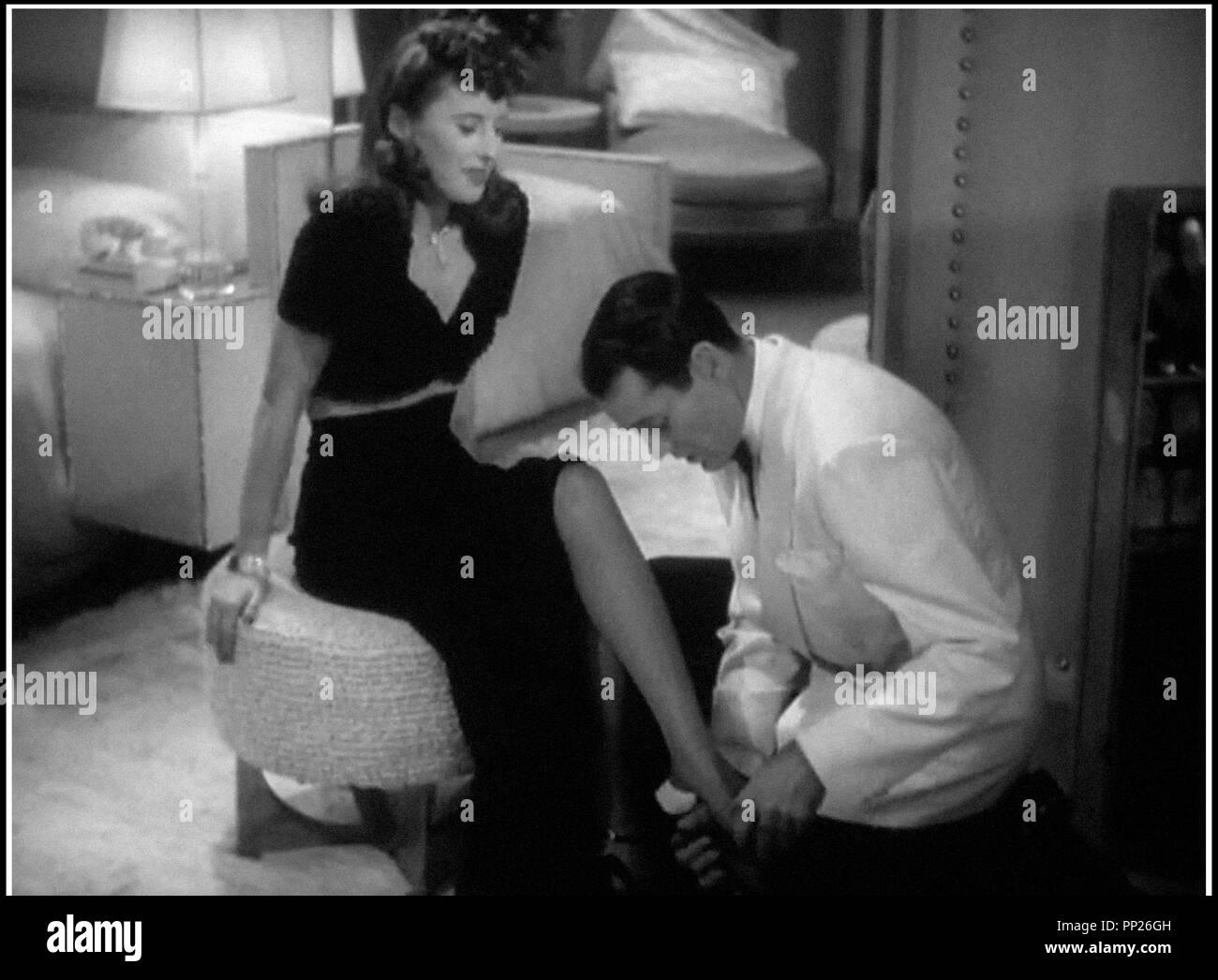 Prod DB © Paramount Pictures / DR  UN COEUR PRIS AU PIEGE / LADY EVE (THE LADY EVE) de Preston Sturges 1941 USA  avec Barbara Stanwyck et Henry Fonda homme soumis, galanterie, mettre des chaussures - Stock Image