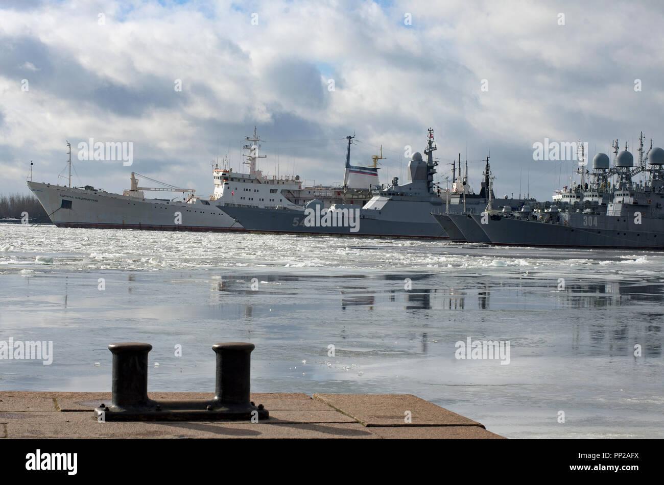 Kronstadt, St. Petersburg, Russia - March 15, 2017: The Baltic Fleet's warships and an oceanographic vessel in the frozen harbor of Kronstadt - Stock Image