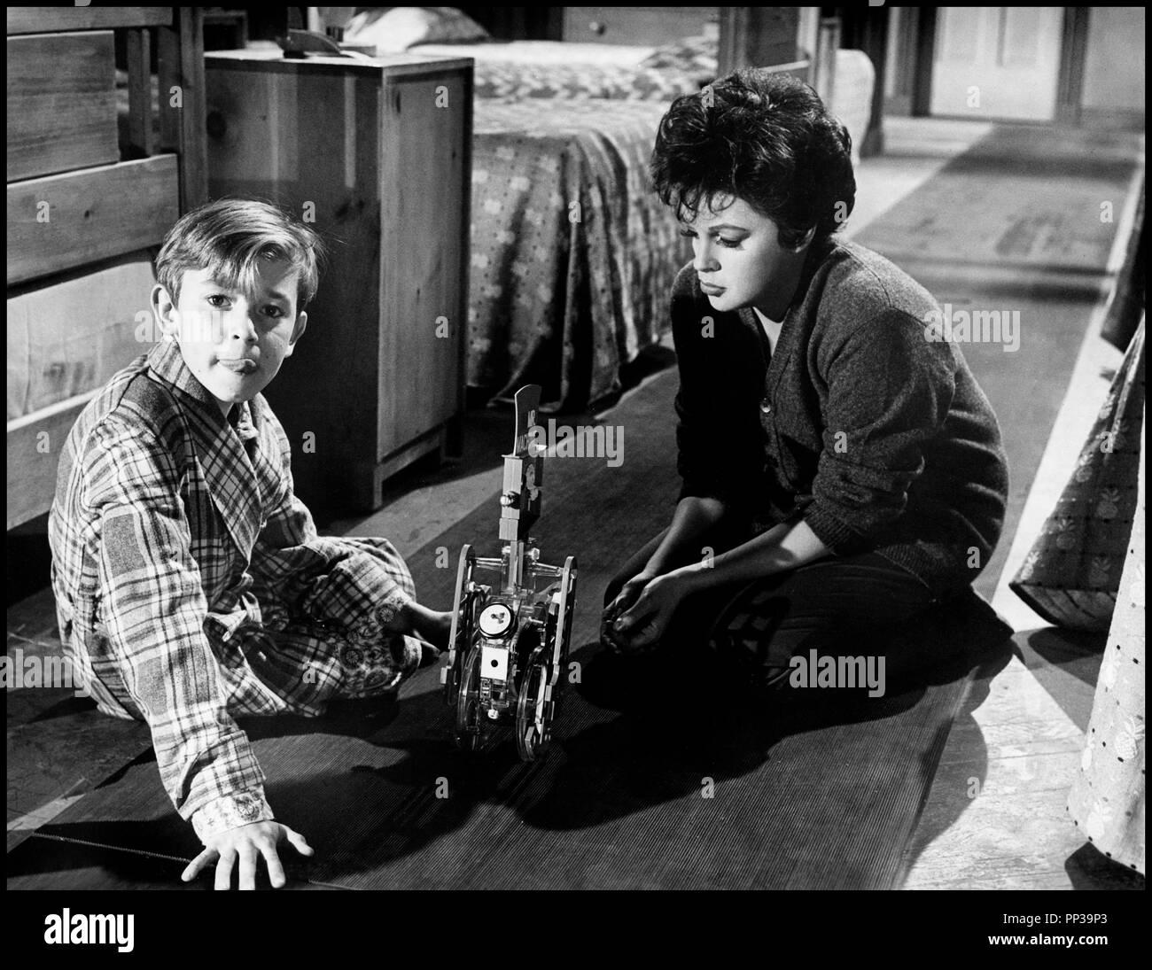 Prod DB © United Artists / DR UN ENFANT ATTEND (A CHILD IS WAITING) de John Cassavetes 1963 USA avec Bruce Ritchey et Judy Garland mere et fils, jouet, jouer Artistes Associés code CW - Stock Image