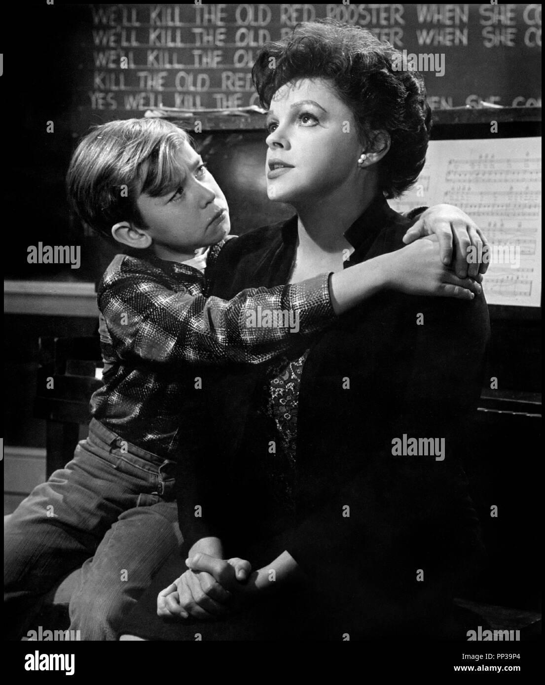 Prod DB © United Artists / DR UN ENFANT ATTEND ( A CHILD IS WAITING) de John Cassavetes 1963 USA avec Bruce Ritchey et Judy Garland tristesse, piano, mere et fils, pleurer Artistes Associés code CW - Stock Image