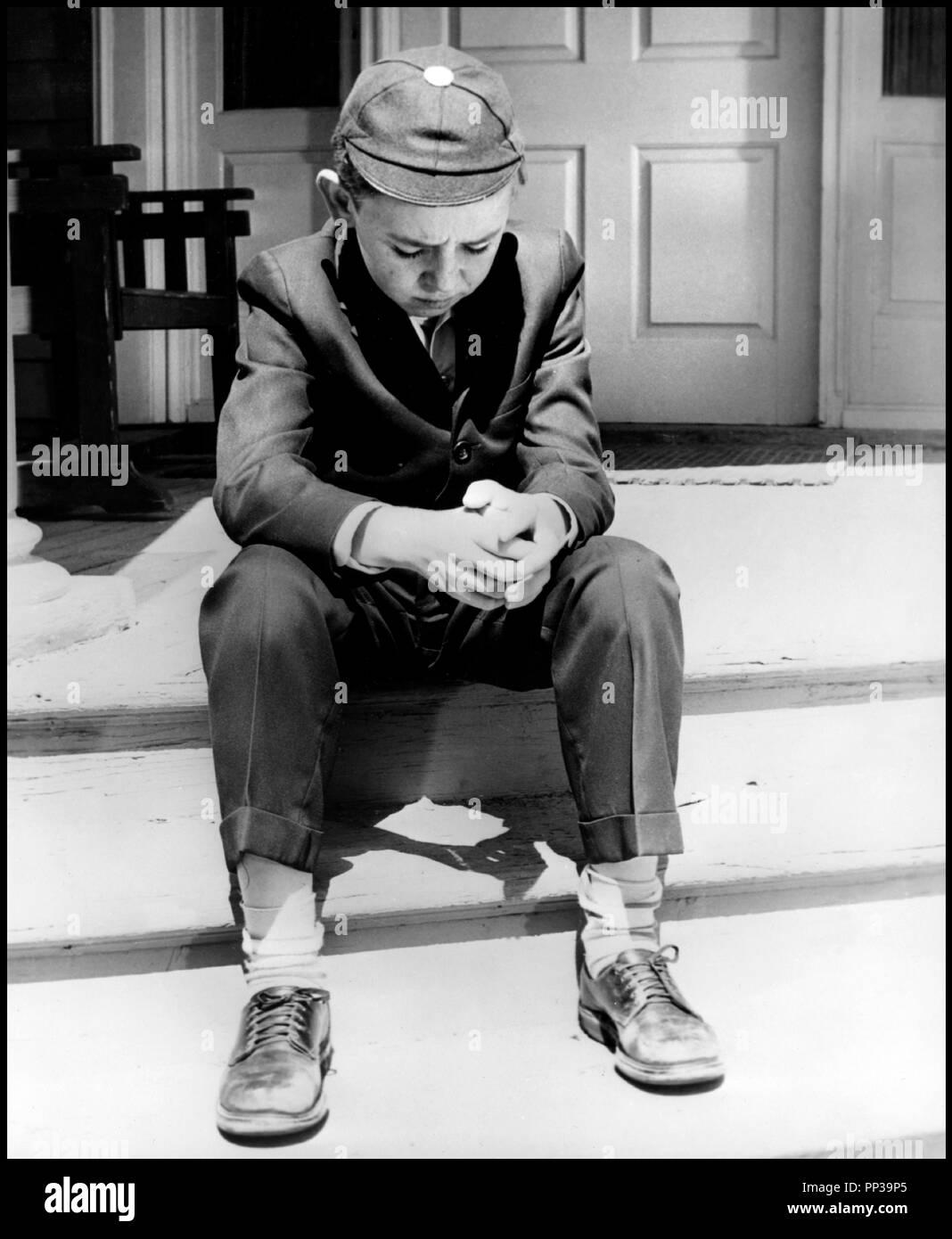 Prod DB © United Artists / DR UN ENFANT ATTEND ( A CHILD IS WAITING) de John Cassavetes 1963 USA avec Bruce Ritchey enfant, tristesse, solitude, uniforme d'ecolier Artistes Associés code CW - Stock Image
