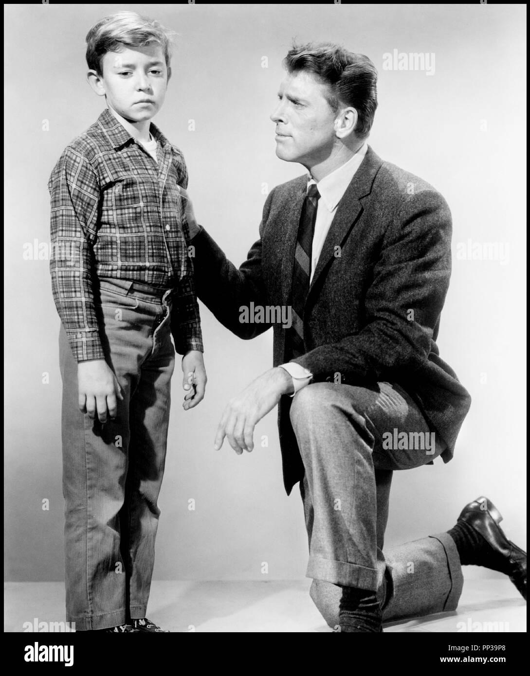 Prod DB © United Artists / DR UN ENFANT ATTEND ( A CHILD IS WAITING) de John Cassavetes 1963 USA avec Bruce Ritchey et Burt Lancaster pere et fils, tristesse, consoler Artistes Associés code CW - Stock Image