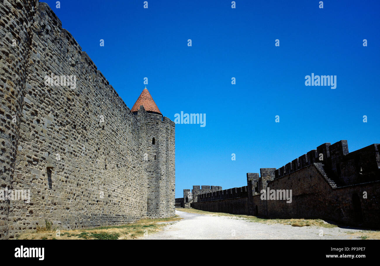 France. Aude department. Occitanie region. Cite de Carcassonne. Medieval citadel. The architect Eugène Viollet-le-Duc renovated the fortress (1853-1879). View of the double defensive wall, separated by lices (parapet walk). - Stock Image