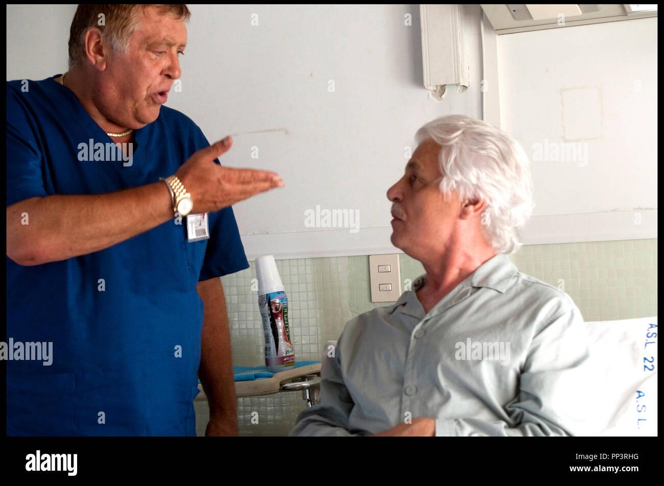 Prod DB ©Italian International Film - Rai Cinema / DR VIVA L'ITALIA de Massimiliano Bruno 2012 ITA. avec Maurizio Mattioli et Michele Placido malade, chambre d'hopital, infirmier - Stock Image