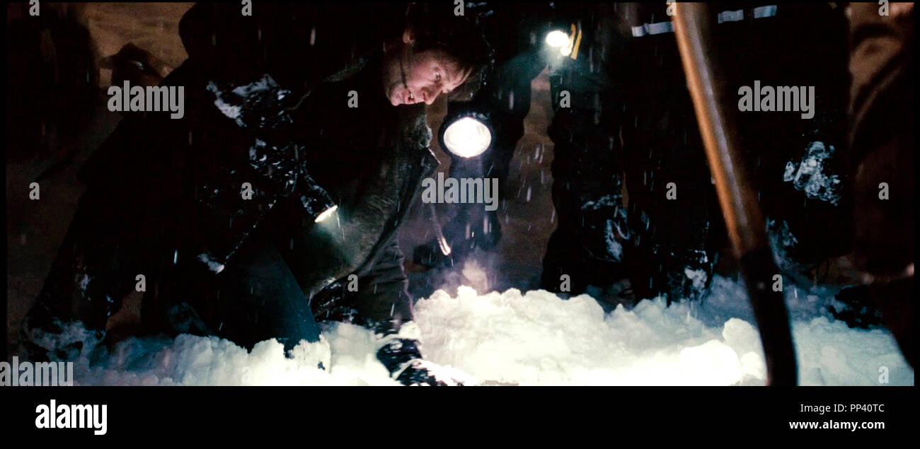 Prod DB © Crying Box Productions - Ten Thirteen Productions - Twentieth Century-Fox Film Corporation / DR X-FILES - REGENERATION (THE X-FILES: I WANT TO BELIEVE) de Chris Carter 2008 USA/CAN. avec David Duchovny d'apres la serie TV tele, suite, sequelle, creuser, neige, froid, hiver - Stock Image