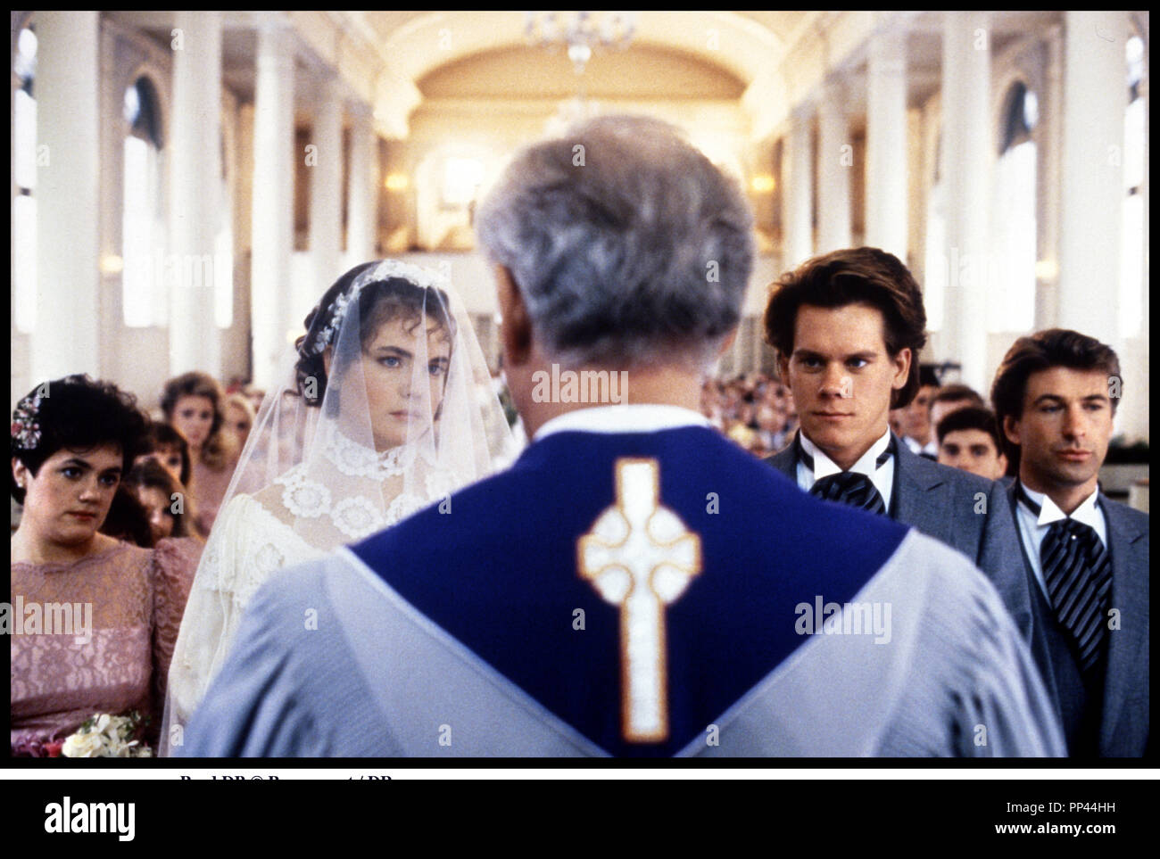 Prod DB © Paramount / DR LA VIE EN PLUS (SHE'S HAVING A BABY) de John Hughes 1988 USA avec Elizabeth McGovern, Kevin Bacon et Alec Baldwin mariage, eglise, pretre, maries Stock Photo