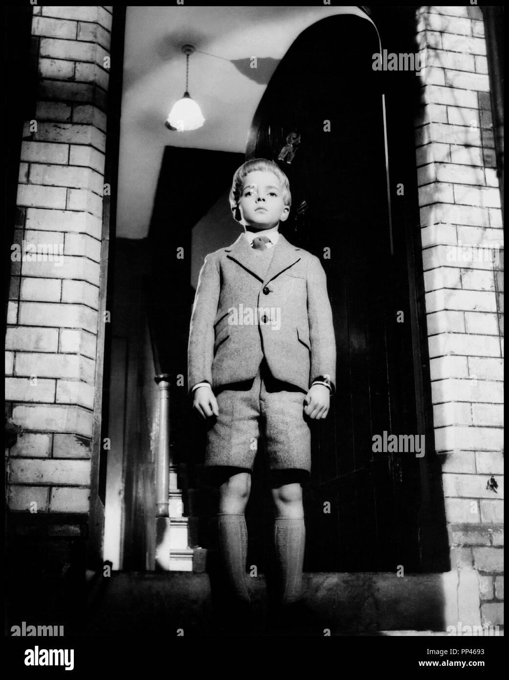 Prod DB © MGM / DR LE VILLAGE DES DAMNES (VILLAGE OF THE DAMNED) de Wolf Rilla 1960 USA avec Martin Stephens  d'apres le roman de John Wyndham : THE MIDWICH CUCKOOS/LES COUCOUS DE MIDWICH code MGM 5033 enfant, inquietant, blond, portrait, short - Stock Image