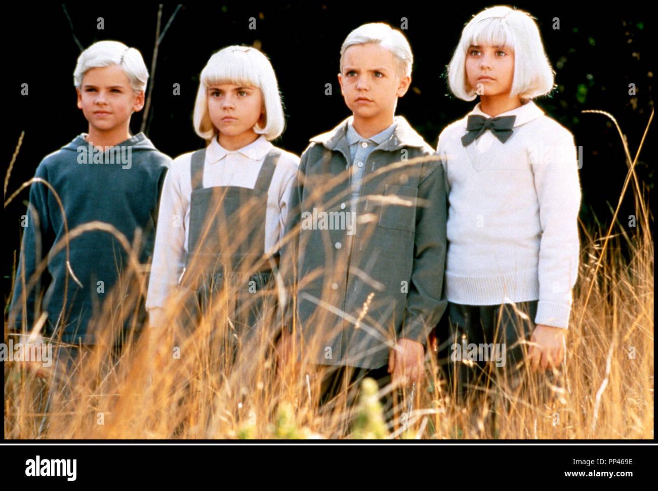 Prod DB © Universal / Alphaville Films / DR LE VILLAGE DES DAMNES (VILLAGE OF THE DAMNED) de John Carpenter 1995 USA enfants, fantastique, secte, cheveux argentes d'apres le roman de John Wyndham 'THE MIDWICH CUKOOS' John Carpenter remake de LE VILLAGE DES DAMNES (1960) - Stock Image