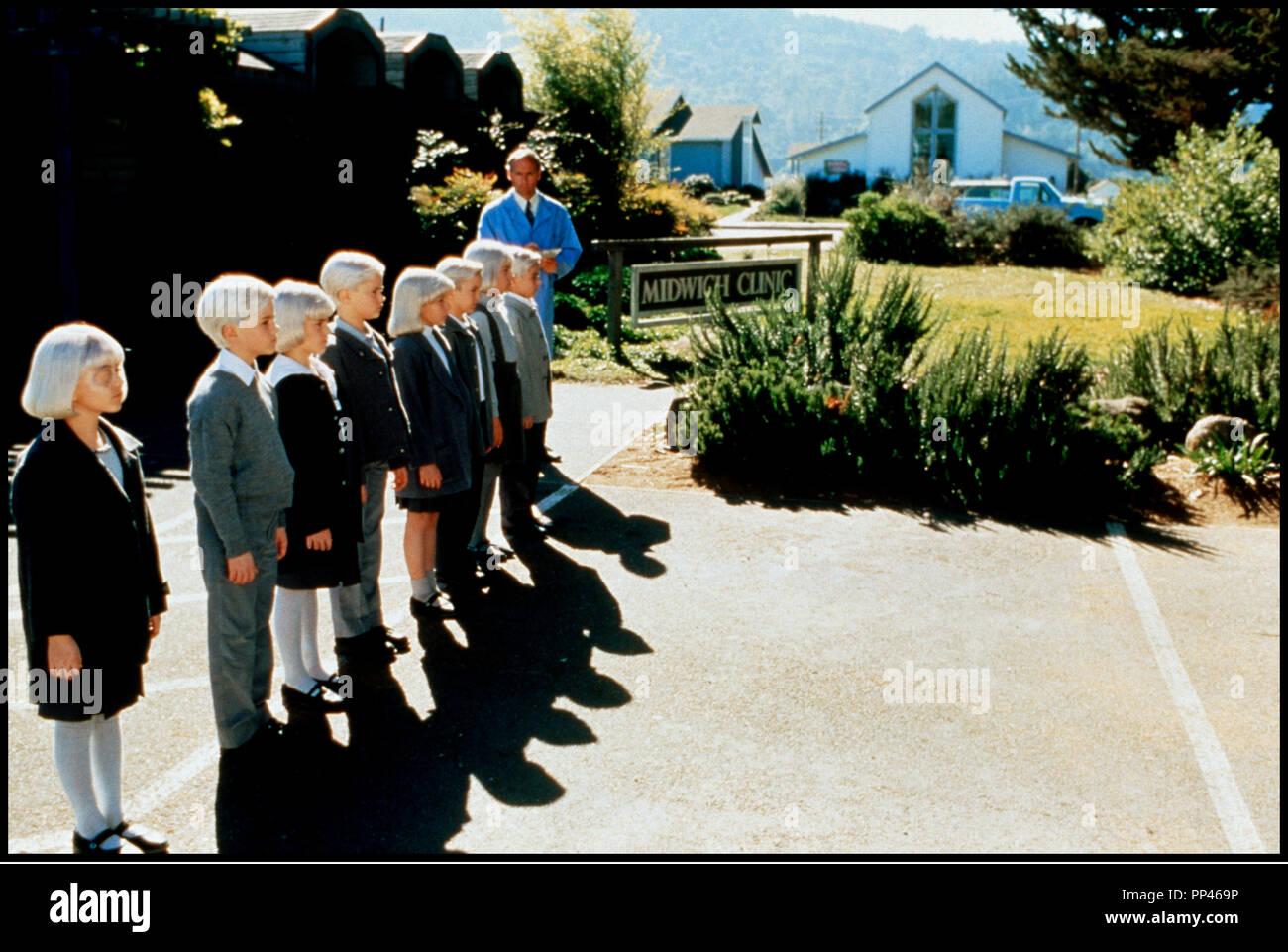 Prod DB © Universal / Alphaville Films / DR LE VILLAGE DES DAMNES (VILLAGE OF THE DAMNED) de John Carpenter 1995 USA enfants, fantastique, secte, ecole, peur, effrayant,  d'apres le roman de John Wyndham 'THE MIDWICH CUKOOS' John Carpenter remake de LE VILLAGE DES DAMNES (1960) - Stock Image