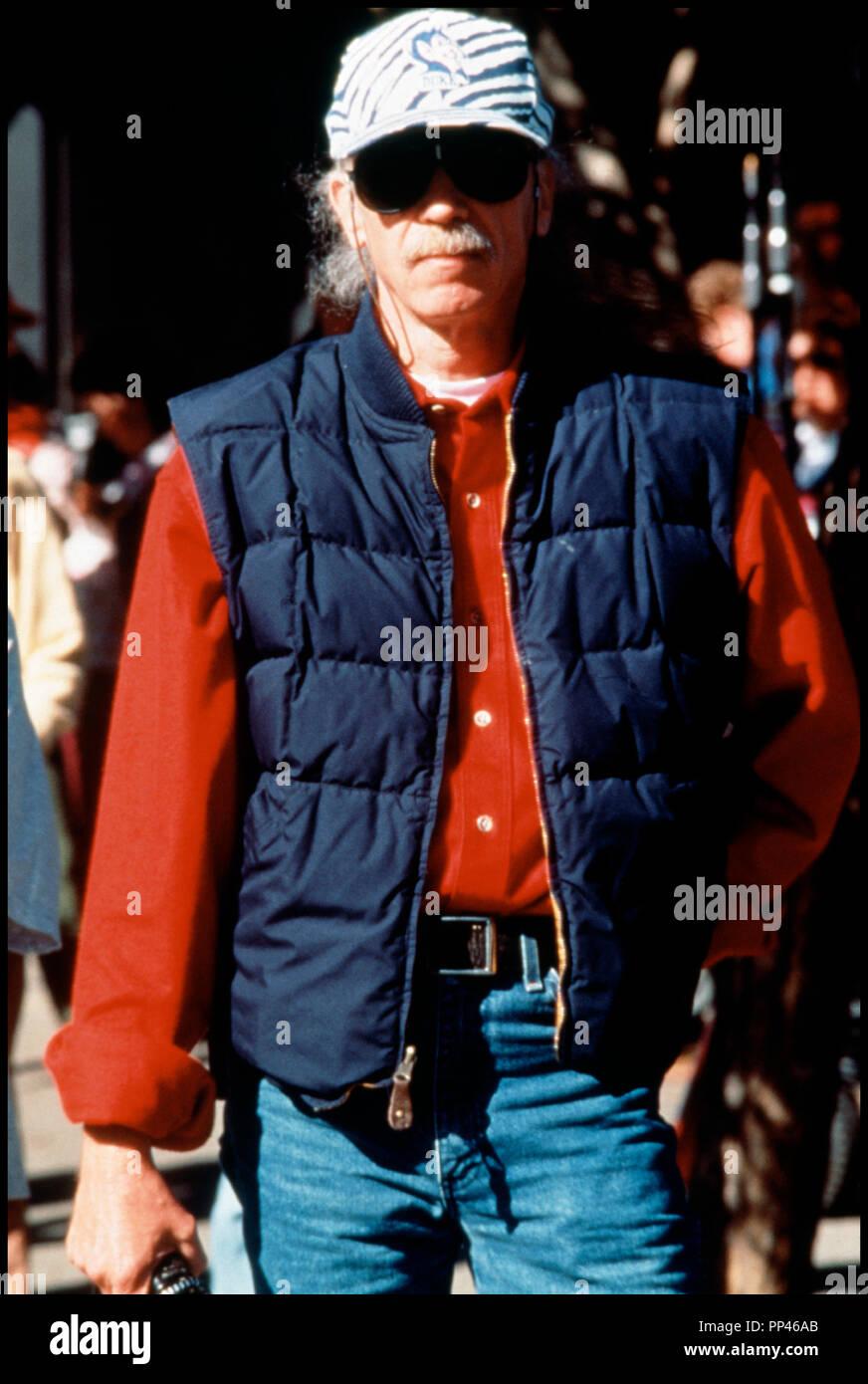 Prod DB © Universal / Alphaville Films / DR LE VILLAGE DES DAMNÉS (VILLAGE OF THE DAMNED) de John Carpenter 1995 USA avec John Carpenter sur le tournage d'après le roman de John Wyndham 'THE MIDWICH CUKOOS' - Stock Image