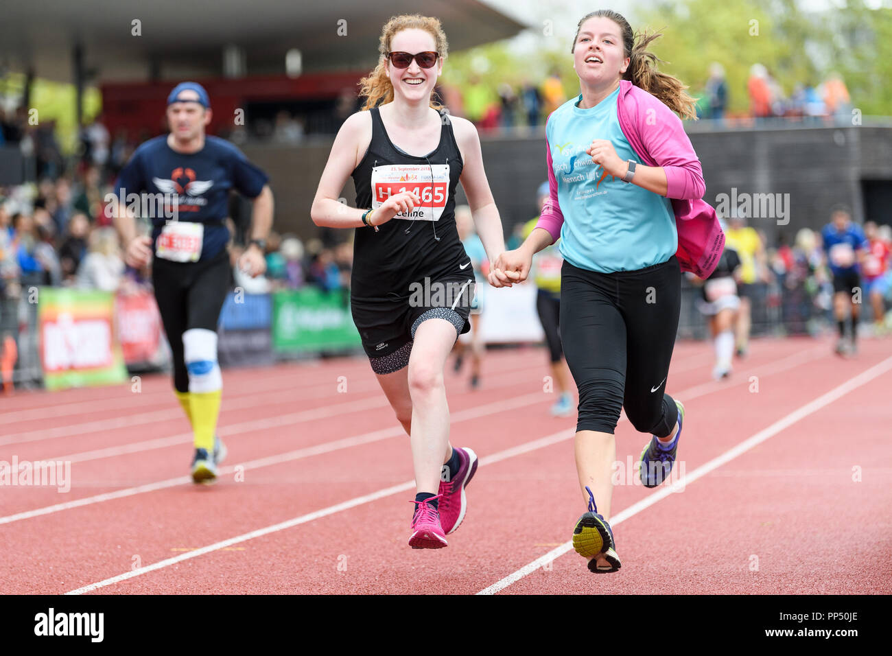 Karlsruhe, Germany. 23rd Sep, 2018. Feature: happy runners at the finish line. GES/Athletics/Baden-Marathon, 23.09.2018 | usage worldwide Credit: dpa/Alamy Live News - Stock Image