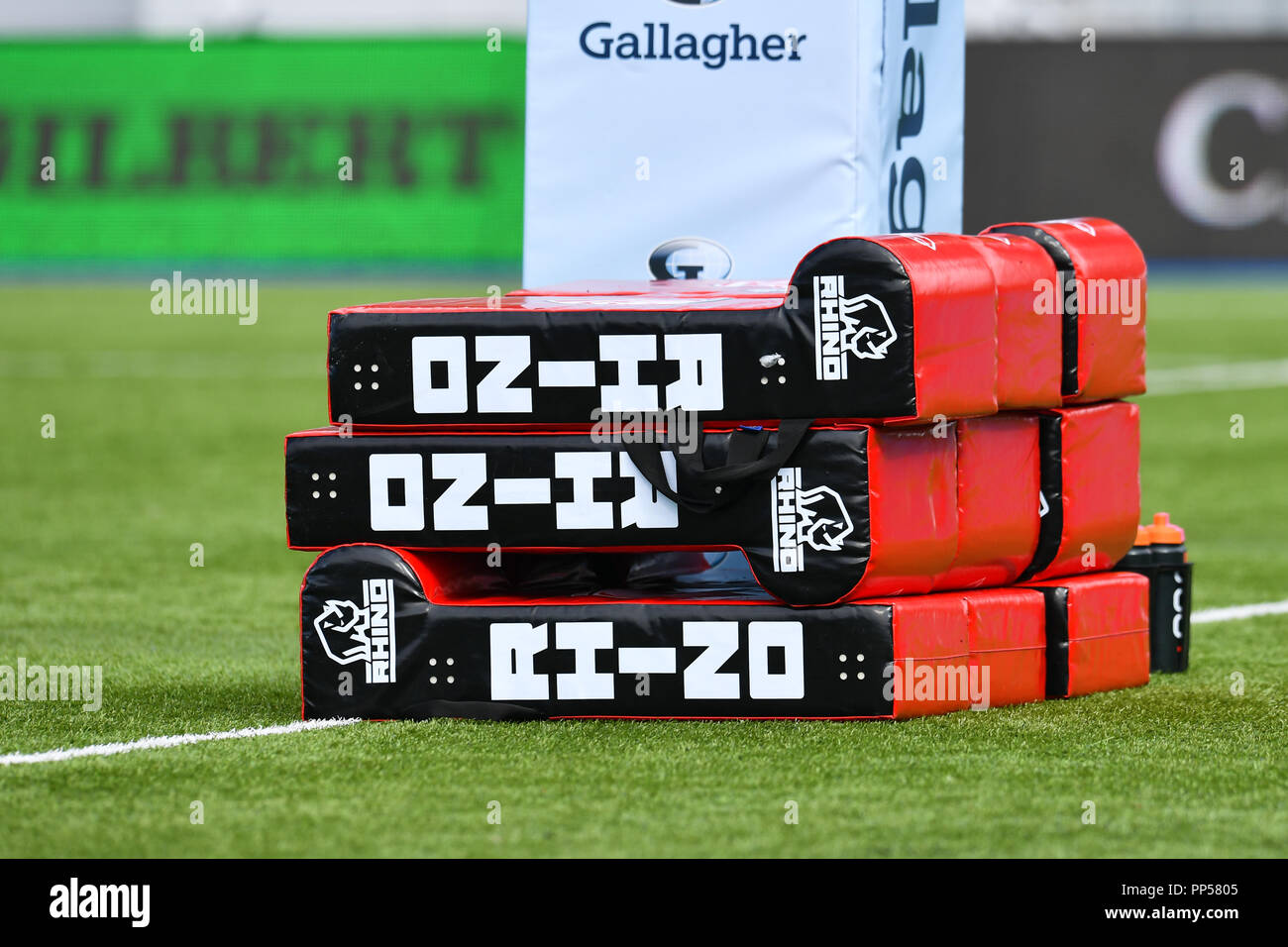 London, UK. 23rd Sept 2018. Gloucester tacking bags during Gallagher Premiership match between Saracens and Gloucester Rugby at Allianz Park on Sunday, 23 September 2018. LONDON ENGLAND.  (Editorial use only, license required for commercial use. No use in betting, games or a single club/league/player publications.) Credit: Taka Wu/Alamy Live News Stock Photo
