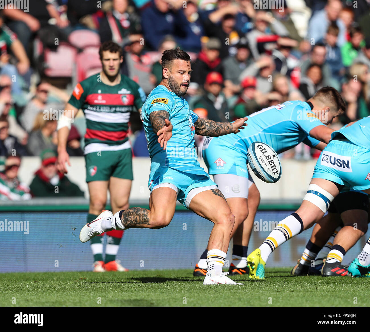 Leicester, UK. 23rd September, 2018. Premiership Rugby Union.     Leicester Tigers v Worcester Warriors  rfc.          Francois Hougaard (Worcester Warriors) kicks for position during the Gallagher Premiership game played at Welford Road Stadium, Leicester, England. Credit: Phil Hutchinson/Alamy Live News - Stock Image