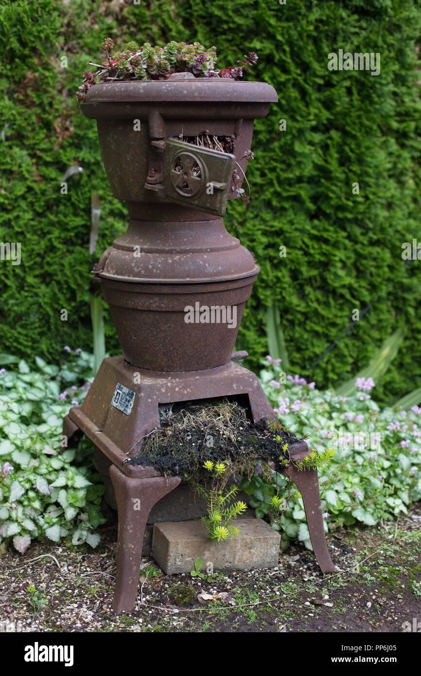 An antique stove converted to a planter at the Oregon Garden in Silverton, Oregon, USA. - Stock Image