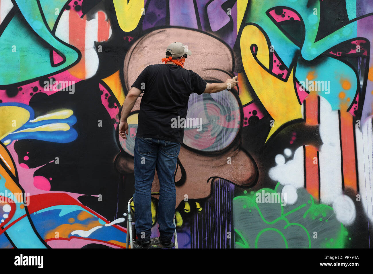 Houston 23rd sep 2018 an artist from new york city works on his