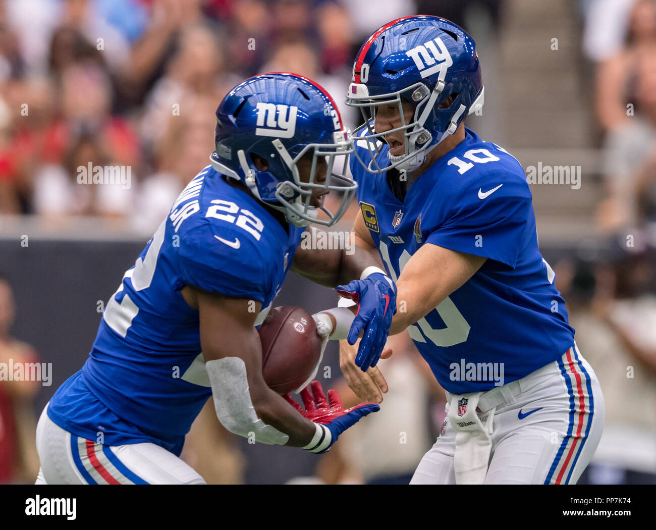 1303a22d9 New York Giants quarterback Eli Manning (10) hands off to New York Giants  running back Wayne Gallman (22) in an NFL game between the New York Giants  and the ...