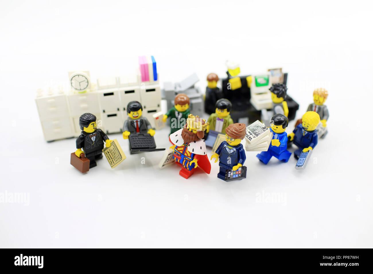 Lego mini figure 1 White brief case suit case town city