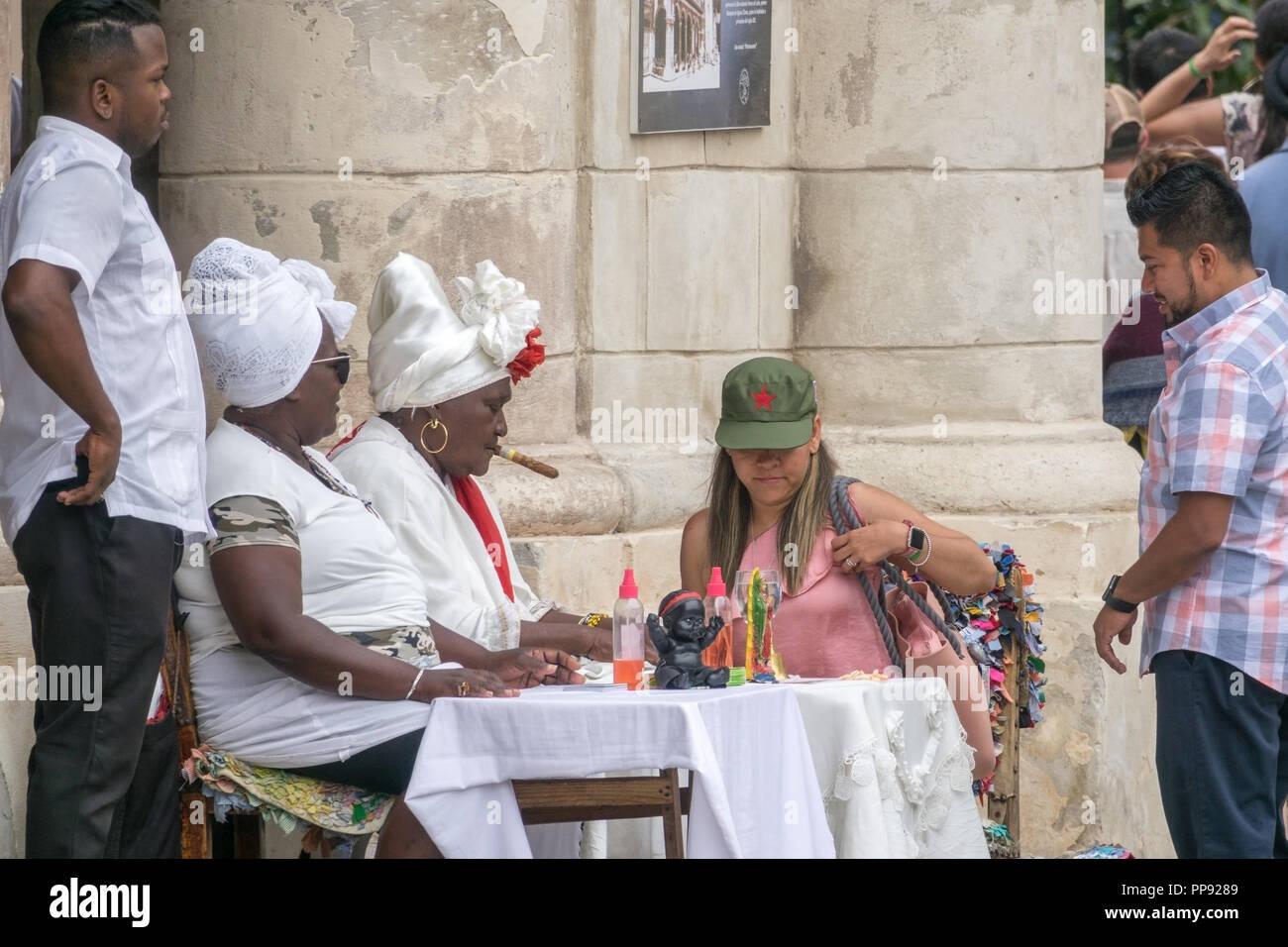 CUB, Kuba, Havanna, 09.03.2018, Volksglauben Santeria, ratsuchende Frau bei einer Sitzung mit zwei Santerias [2018 Christoph Hermann] Stock Photo