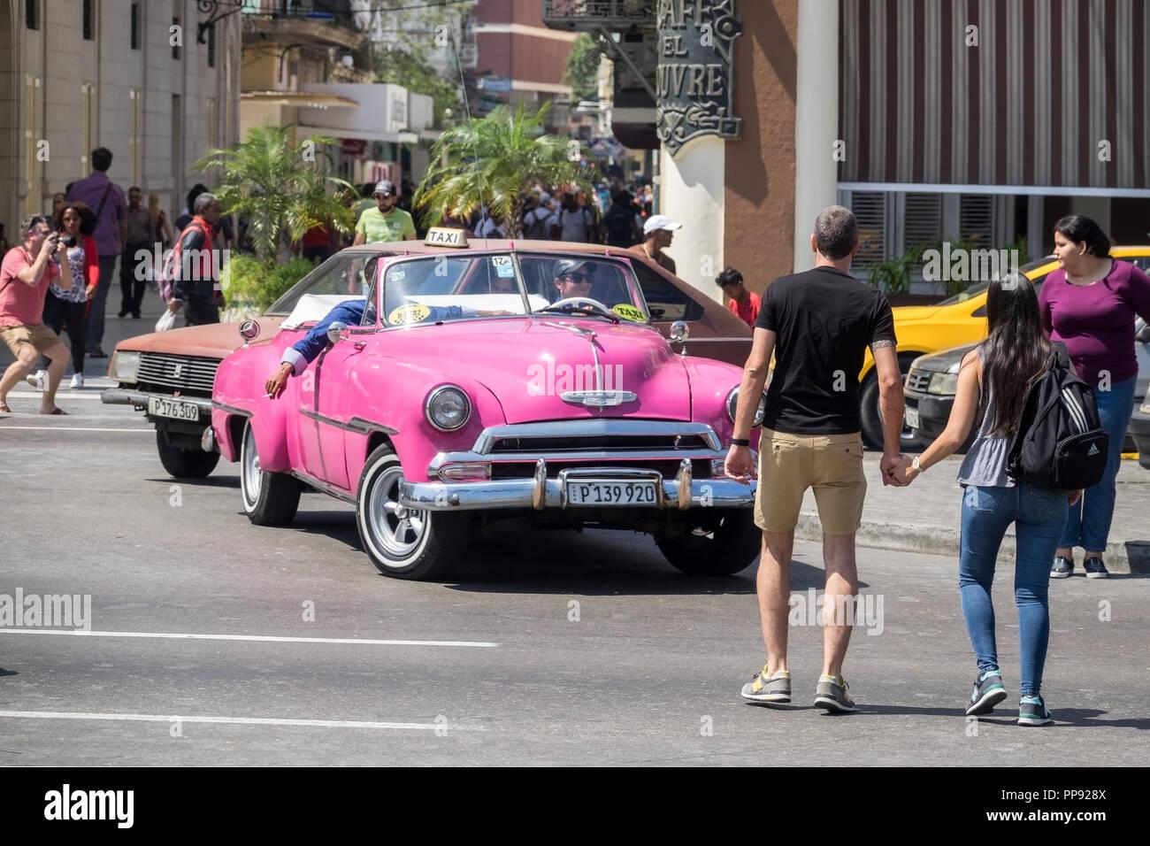 CUB, Kuba, Havanna, 10.03.2018, Havanna Oldtimer und Touristen auf der Paseo de Martí am Parque Central [2018 Christoph Hermann] - Stock Image