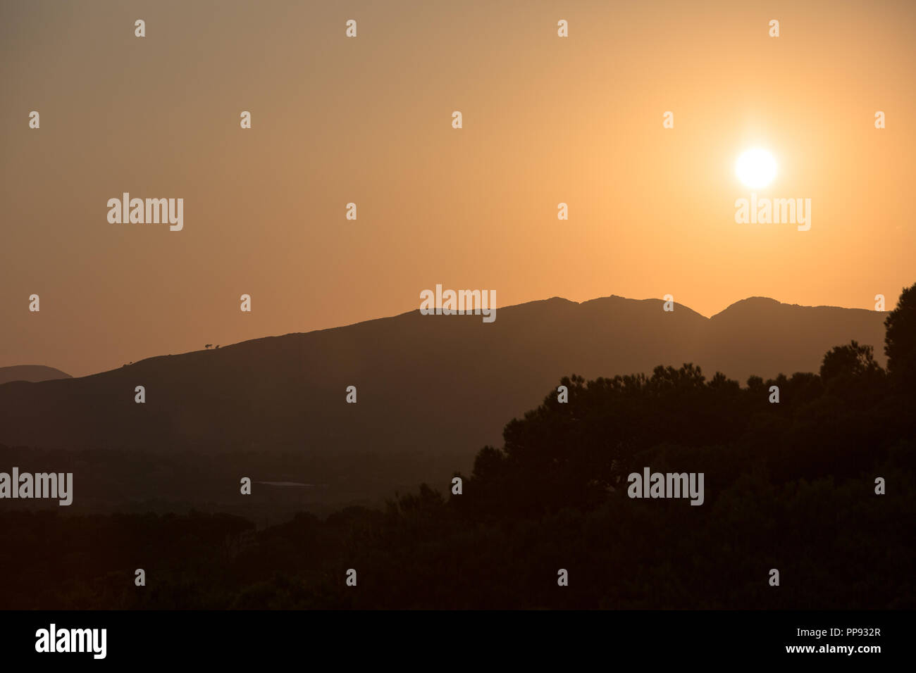Europa Spanien  Nord Mallorca Cala Rajada, Sonnenuntergang in Capdepera, Blick zu den Bergen - Stock Image