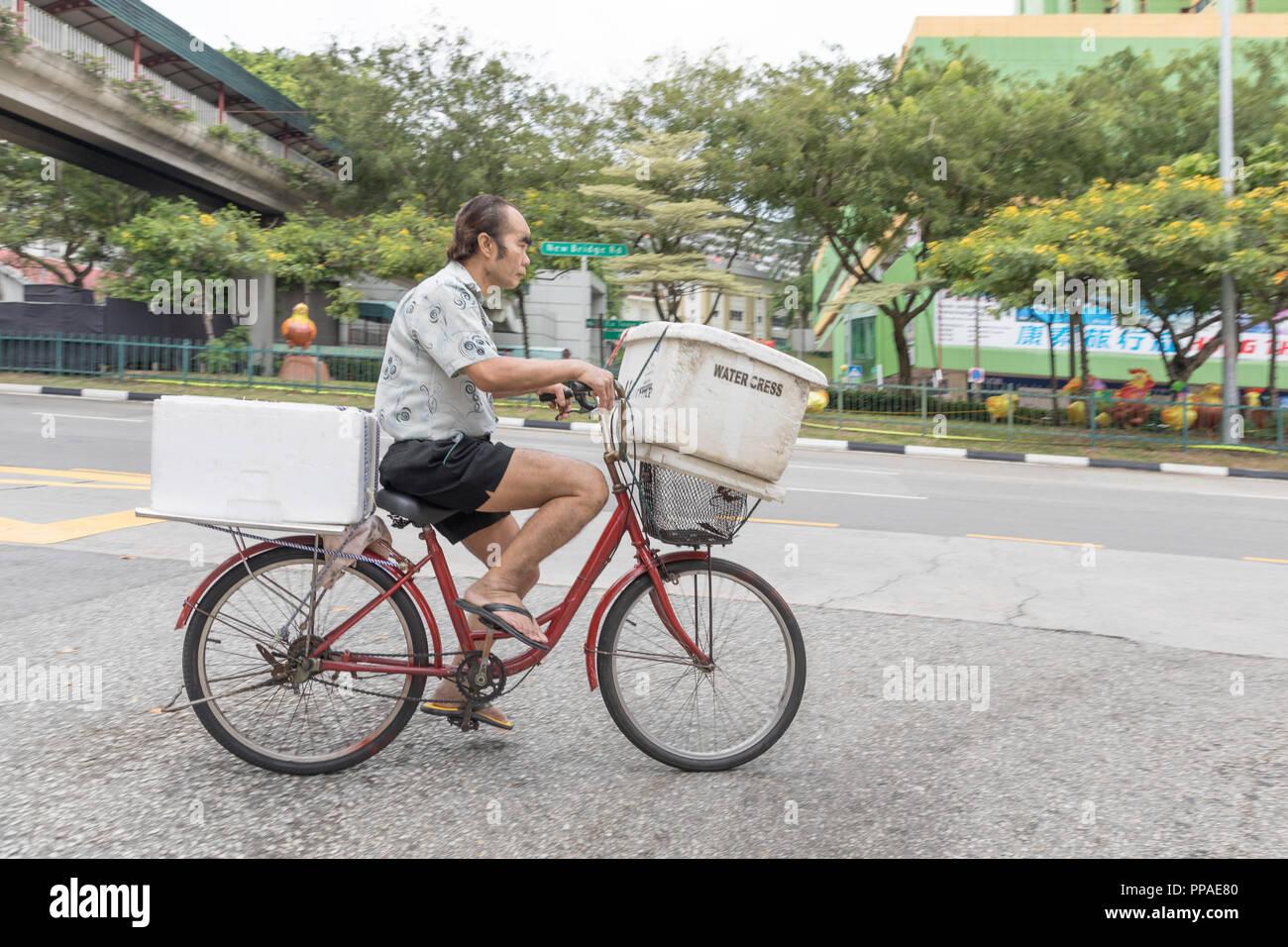 SGP, Singapur, 22.02.2017, Singapur Chinesischer Fahrradkurier mit Kühlbehätern  © 2017 Christoph Hermann Stock Photo