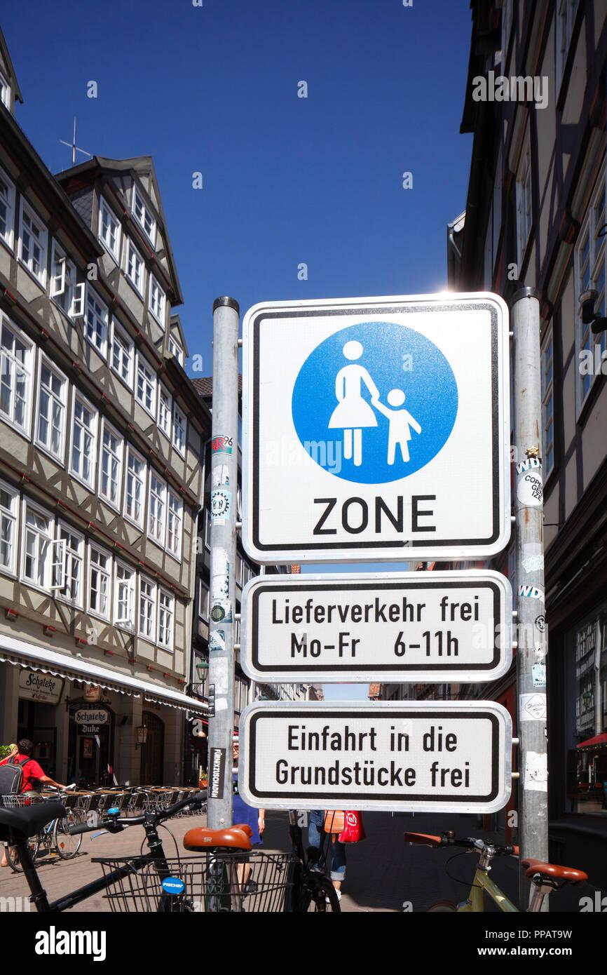 Traffic sign pedestrian zone, half-timbered houses, Kramerstrasse, Hannover, Lower Saxony, Germany, Europe  I  Verkehrsschild Fußgängerzone, Fachwerkh - Stock Image