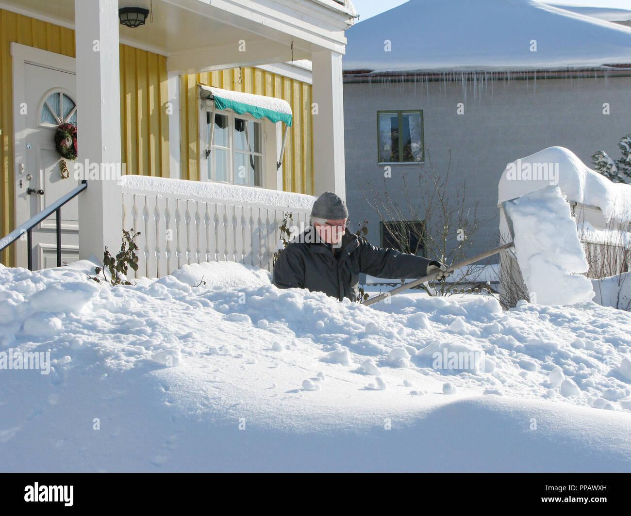 SHOVEL SNOW outside house - Stock Image