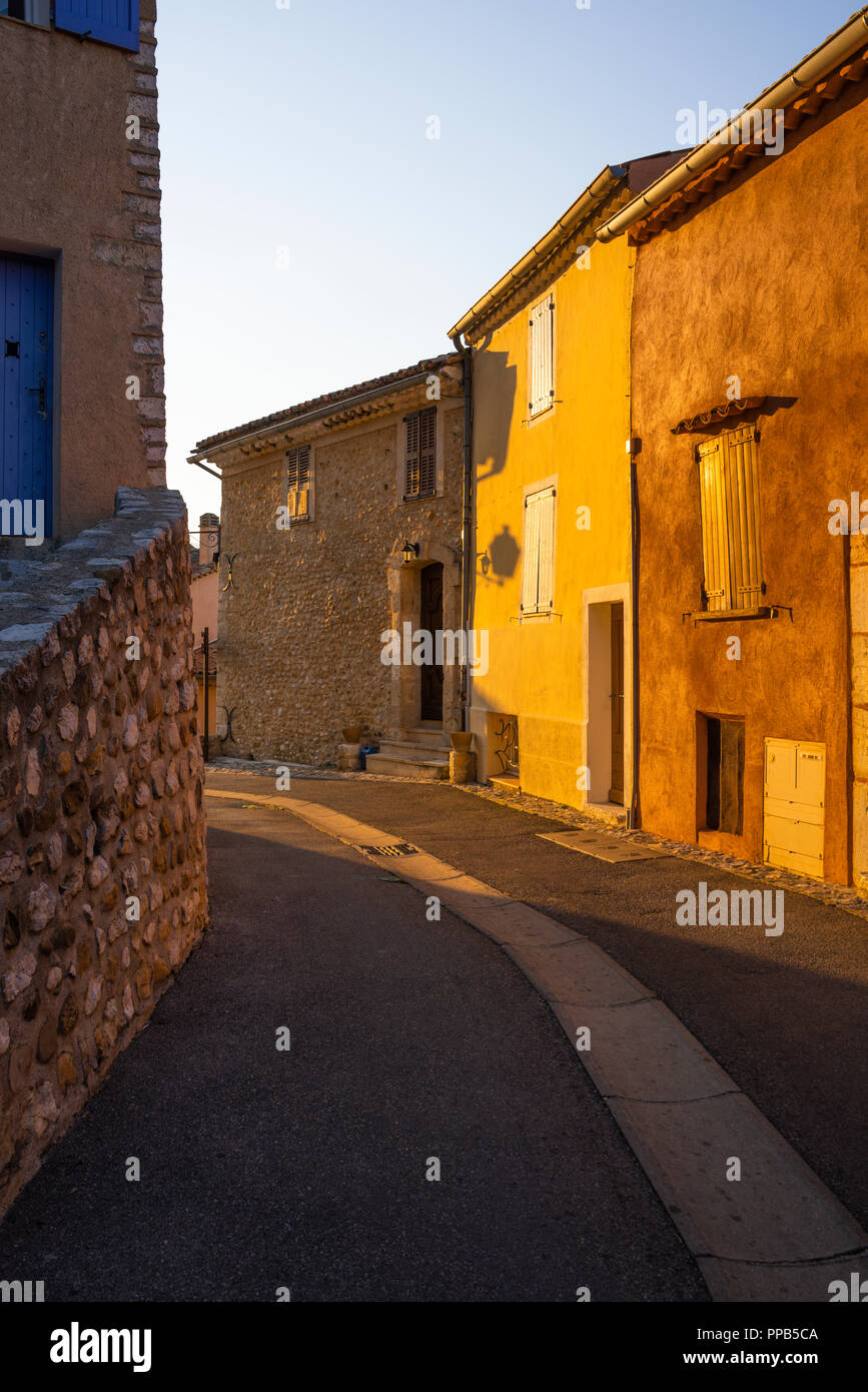 street and colourful houses of the Provence beamed by morning light, village Sainte-Croix-du-Verdon, France, department Alpes-de-Haute-Provence - Stock Image