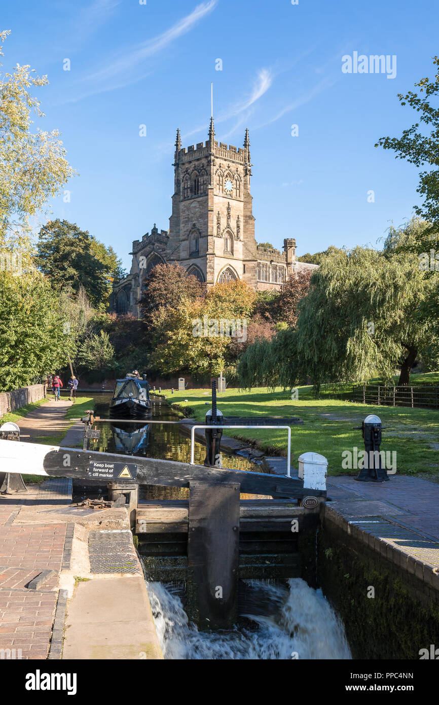 Kidderminster, UK. 25th September, 2018. UK weather: after an unseasonably cold evening and chilly start, the folk of Kidderminster welcome the glorious autumn sunshine which is set to last for the remainder of the day. Credit: Lee Hudson/Alamy Live News - Stock Image