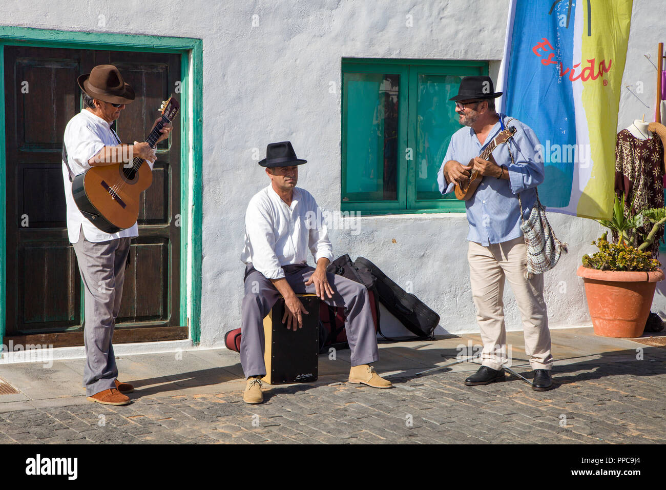 Street musician on the weekly Sunday market in Teguise, Lanzarote, Canary Islands, Spain - Stock Image