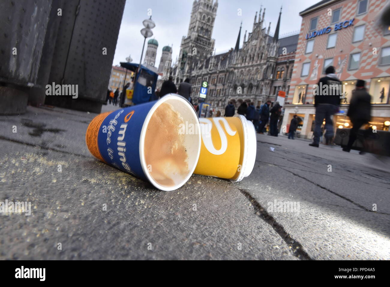 Coffee-to-go cups at the Marienplatz in Munich, 2016 - Stock Image