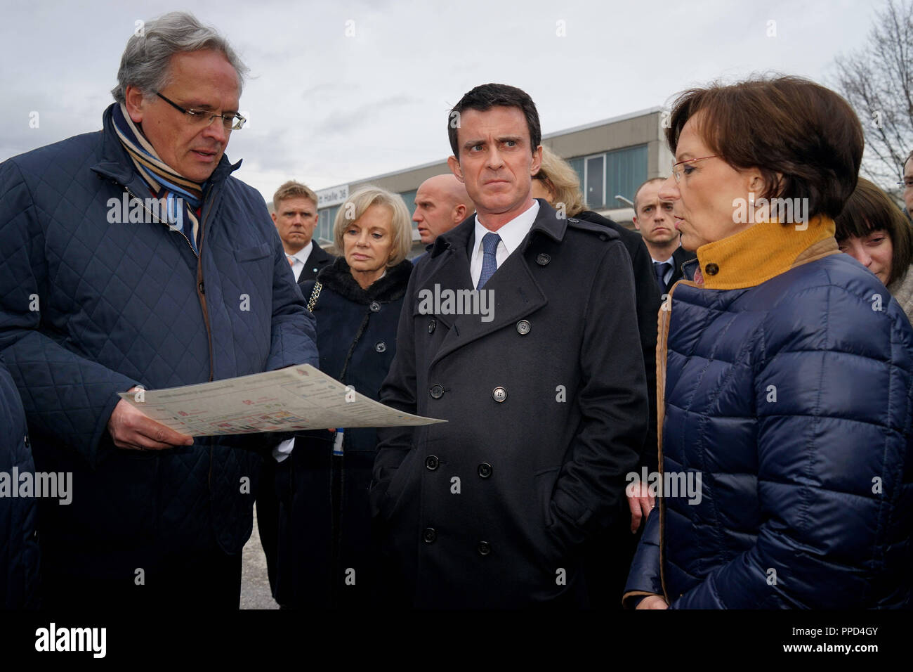 Manuel Valls (m.), Prime Minister of the French Republic, accompanied by the Bavarian Social Minister Emilia Mueller (r.) and the President of the Government of Upper Bavaria, Christoph Hillenbrand (l.), the initial reception center for refugees in the Bayernkaserne. - Stock Image