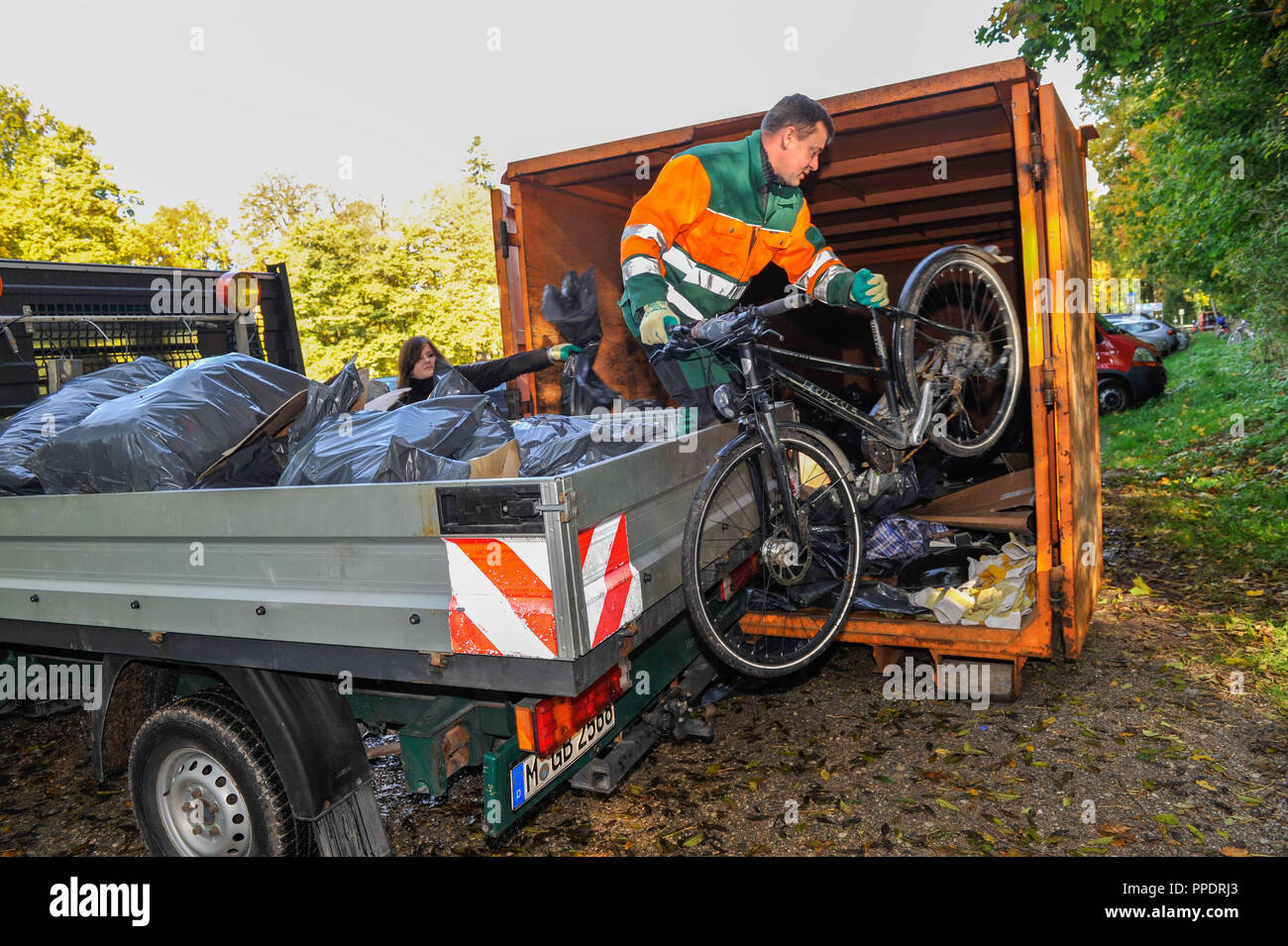 Large Ramadama (cleanup campaign) of the Isar fishermen, supported by the Waste Management Company Munich (AWM), from the weir at Oberfoehring to Grosshesseloher bridge. - Stock Image