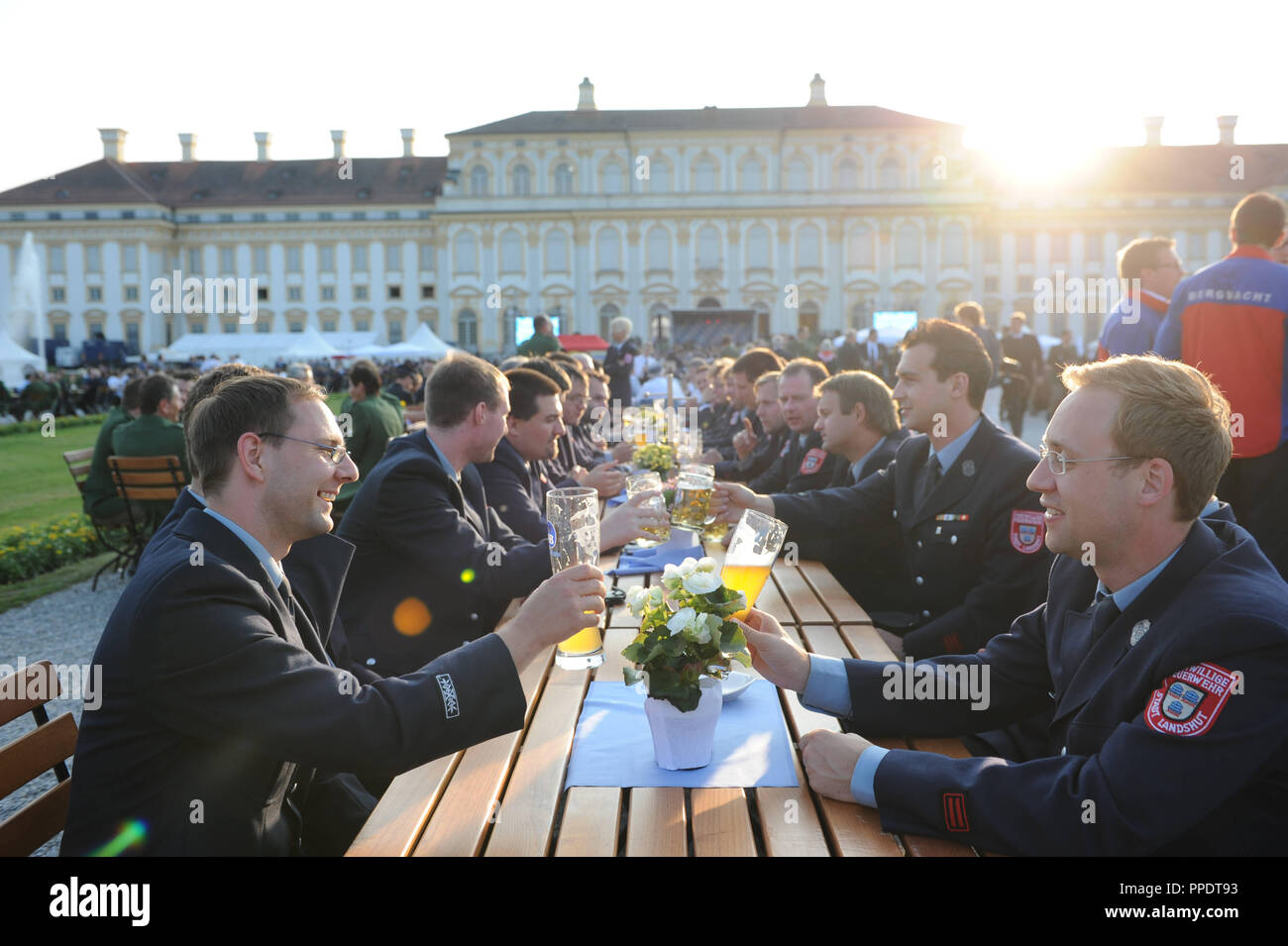 3000 flood helpers are honored by Minister-President Horst Seehofer in the garden of Schleissheim Palace for their help during the flood of the century in Bavaria. - Stock Image