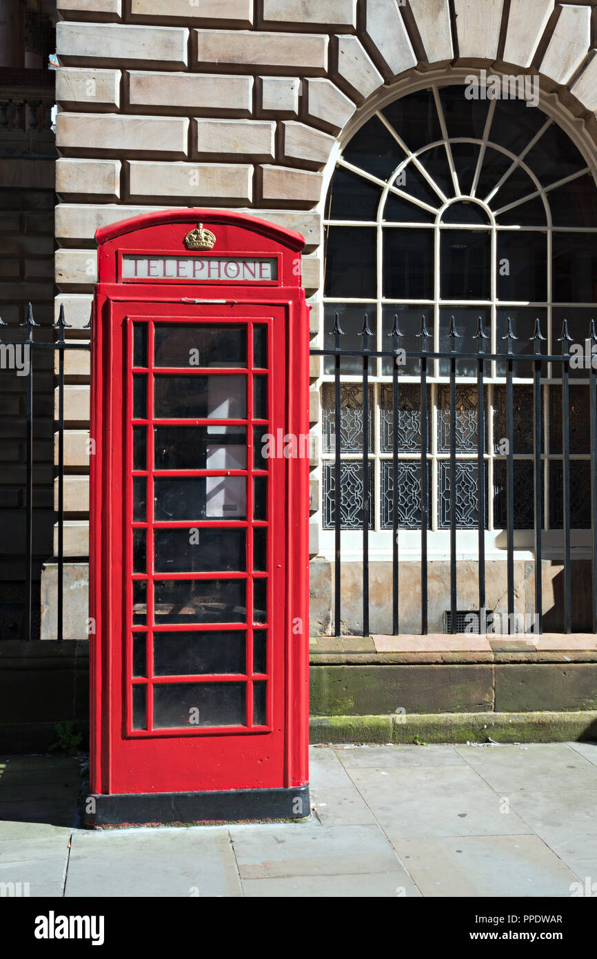 Single classic red public telephone box. - Stock Image