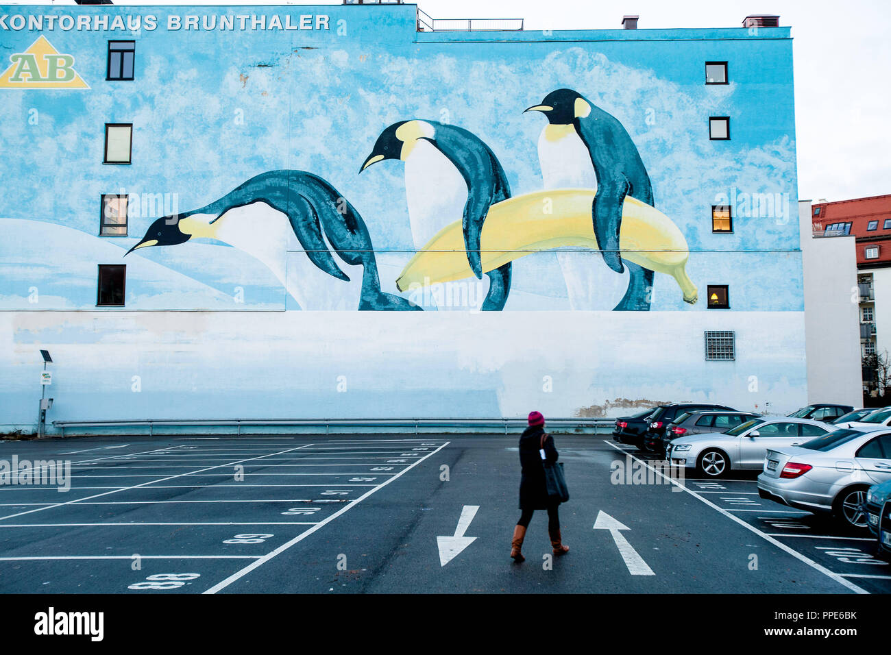 Wall painting on the facade of the Kontorhaus Brunthaler at Gotzinger Platz in Sendling as an advertising for keep cool icetrade GmbH. - Stock Image