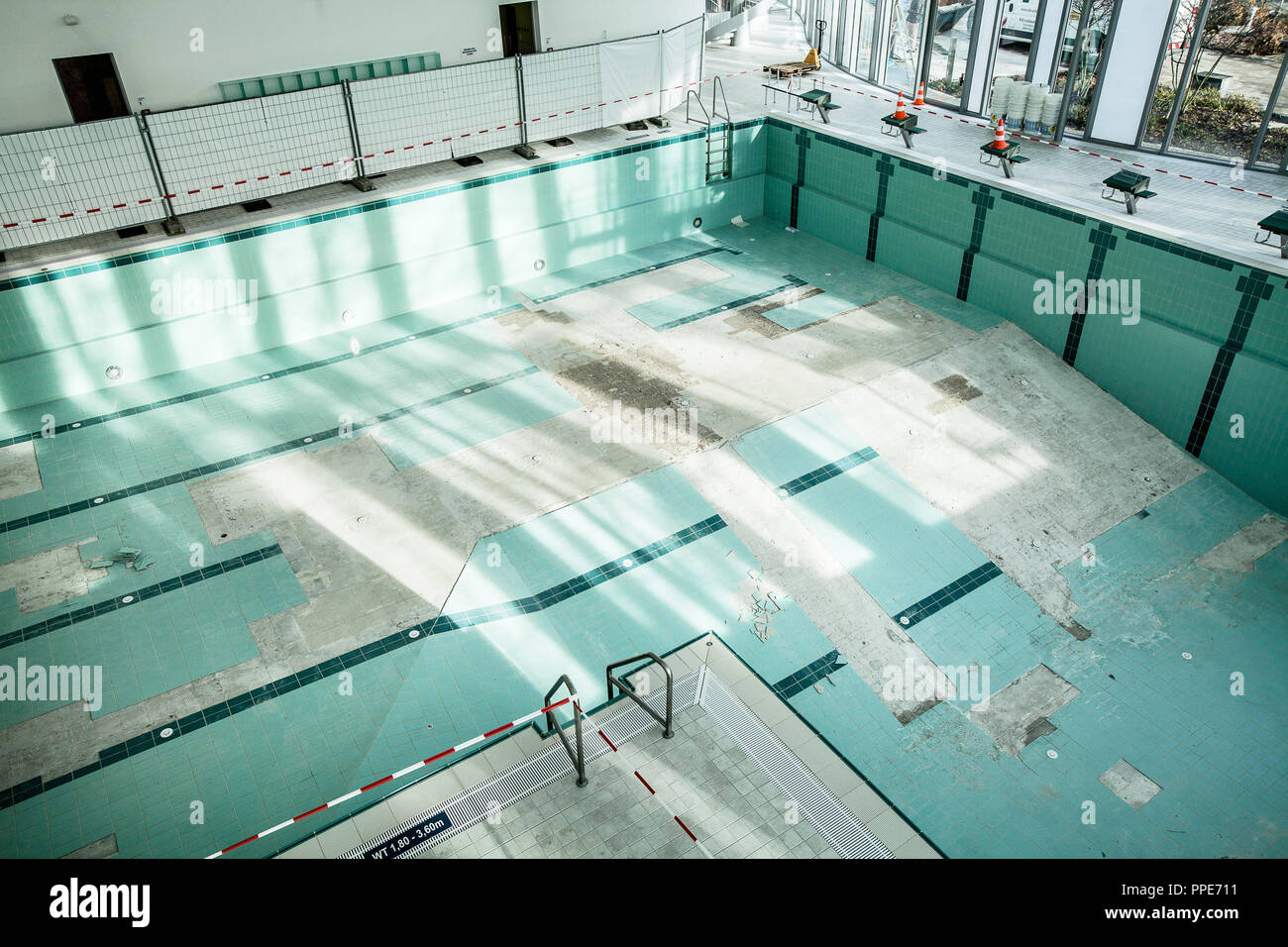 In the renovation-requiring indoor swimming pool in Ismaning, tiles ...