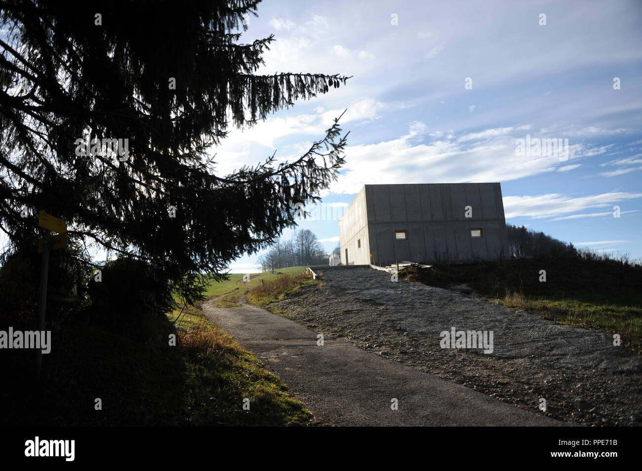Approval controversy around a concrete barn at the Samerberg: Farmer Josef Hoess has to demolish the shell of his controversial barn made of concrete at the behest of the Landratsamt Rosenheim. - Stock Image